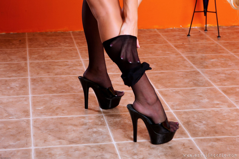Фото женские ножки в чулочках и туфельках