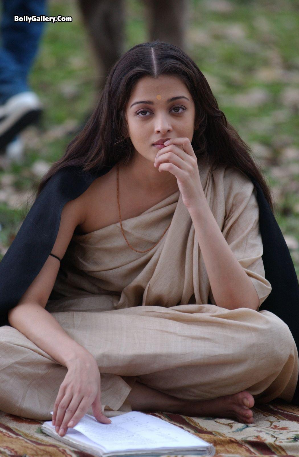https://pics.wikifeet.com/Aishwarya-Rai-Feet-314544.jpg