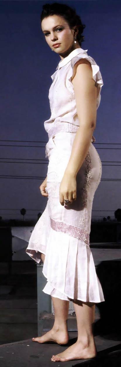 https://pics.wikifeet.com/Amber-Tamblyn-Feet-154543.jpg