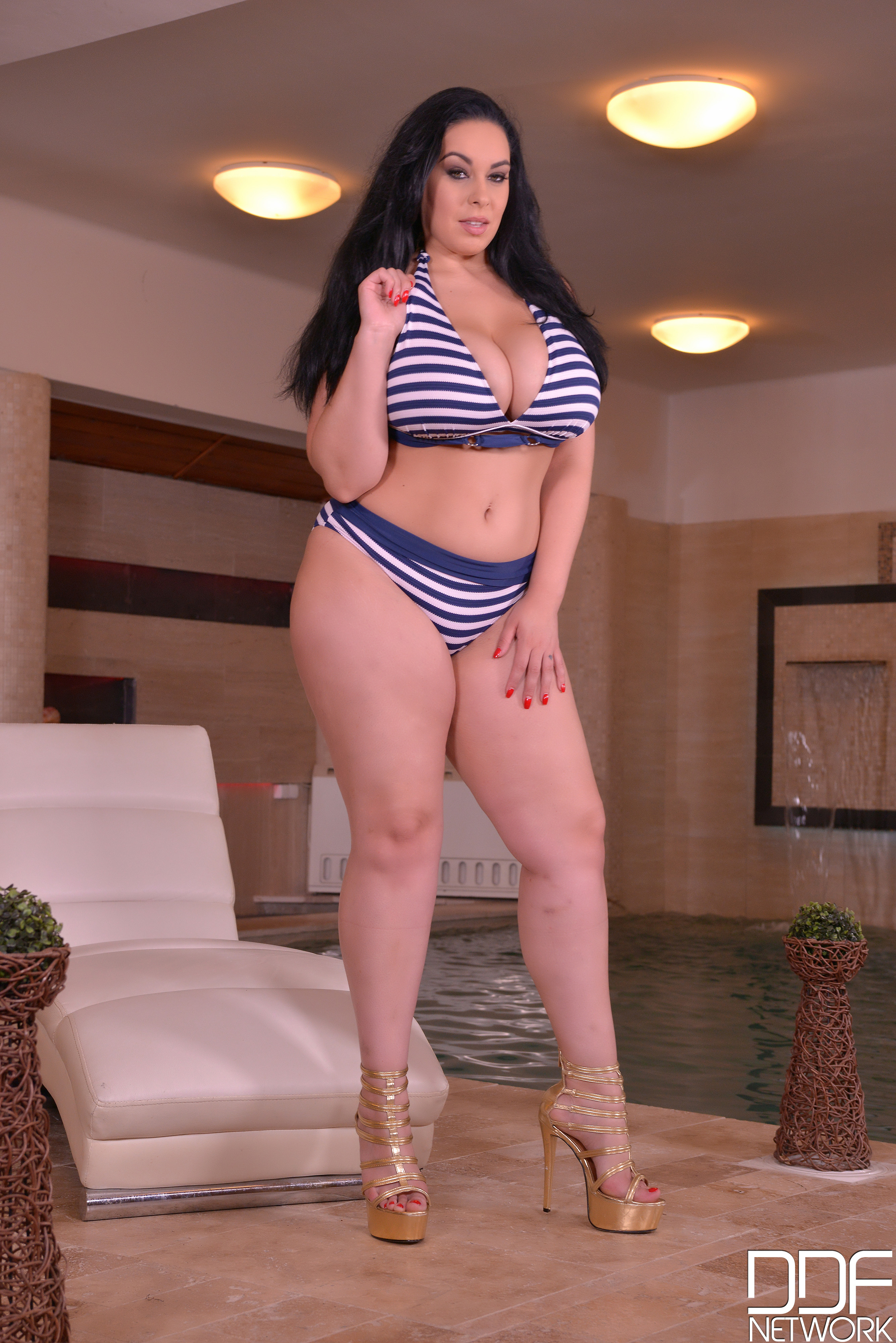 Voluptuous MILF Athena Pleasures gets her slit drilled near the pool  942900