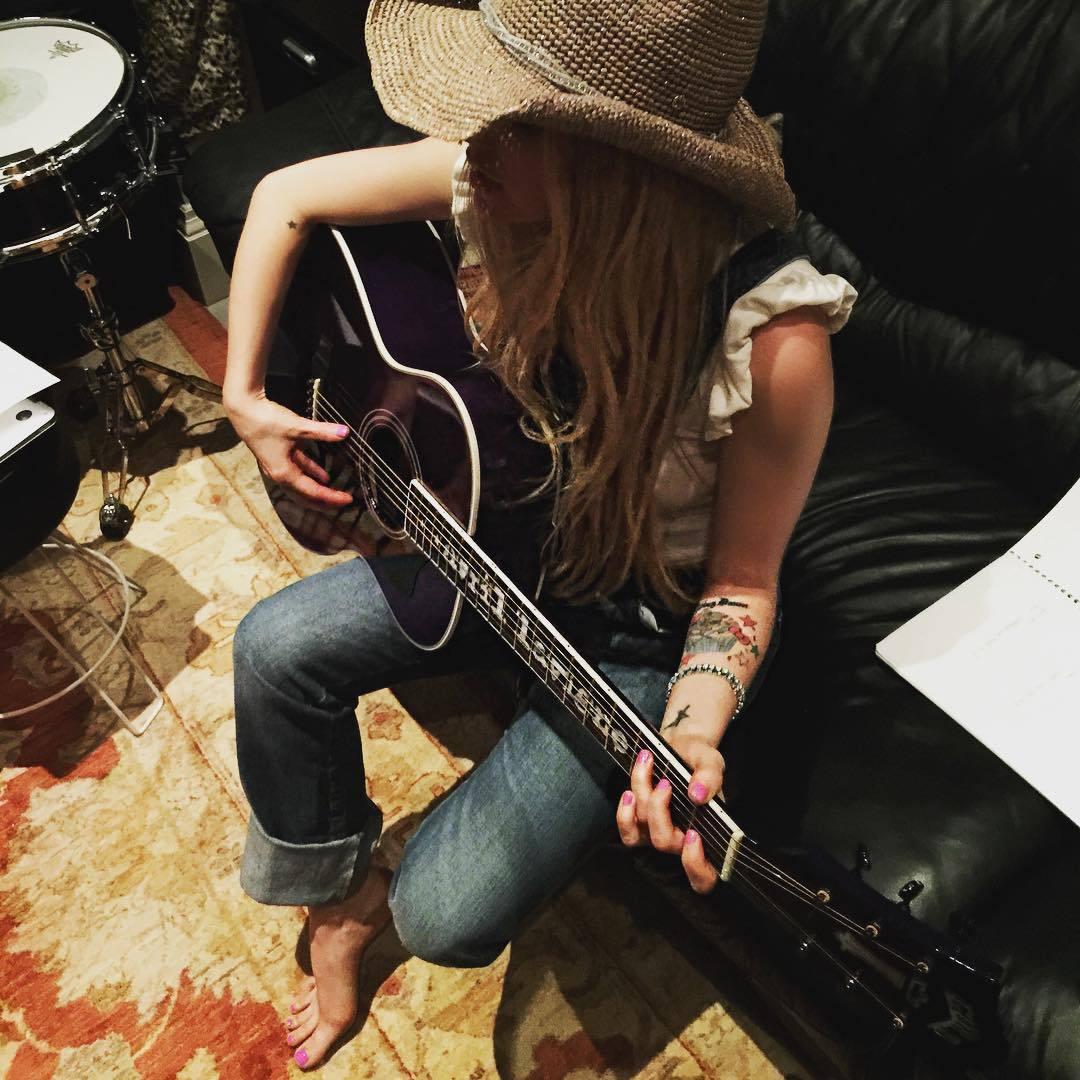 Avril lavigne giving a handjob - 2 part 8