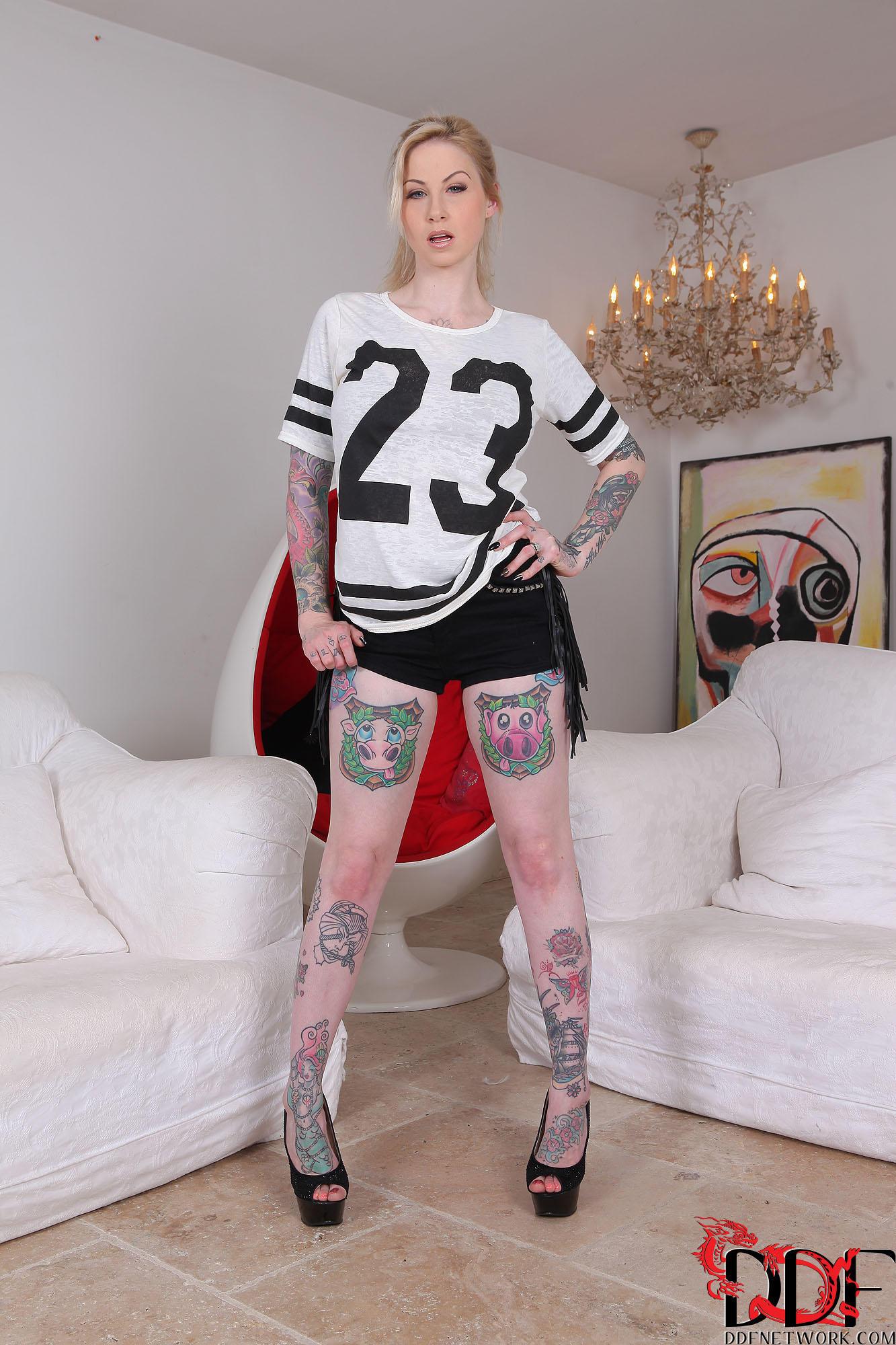 Fascinating blonde babe Hollie Hatton is revealing her tattoos № 348053 загрузить