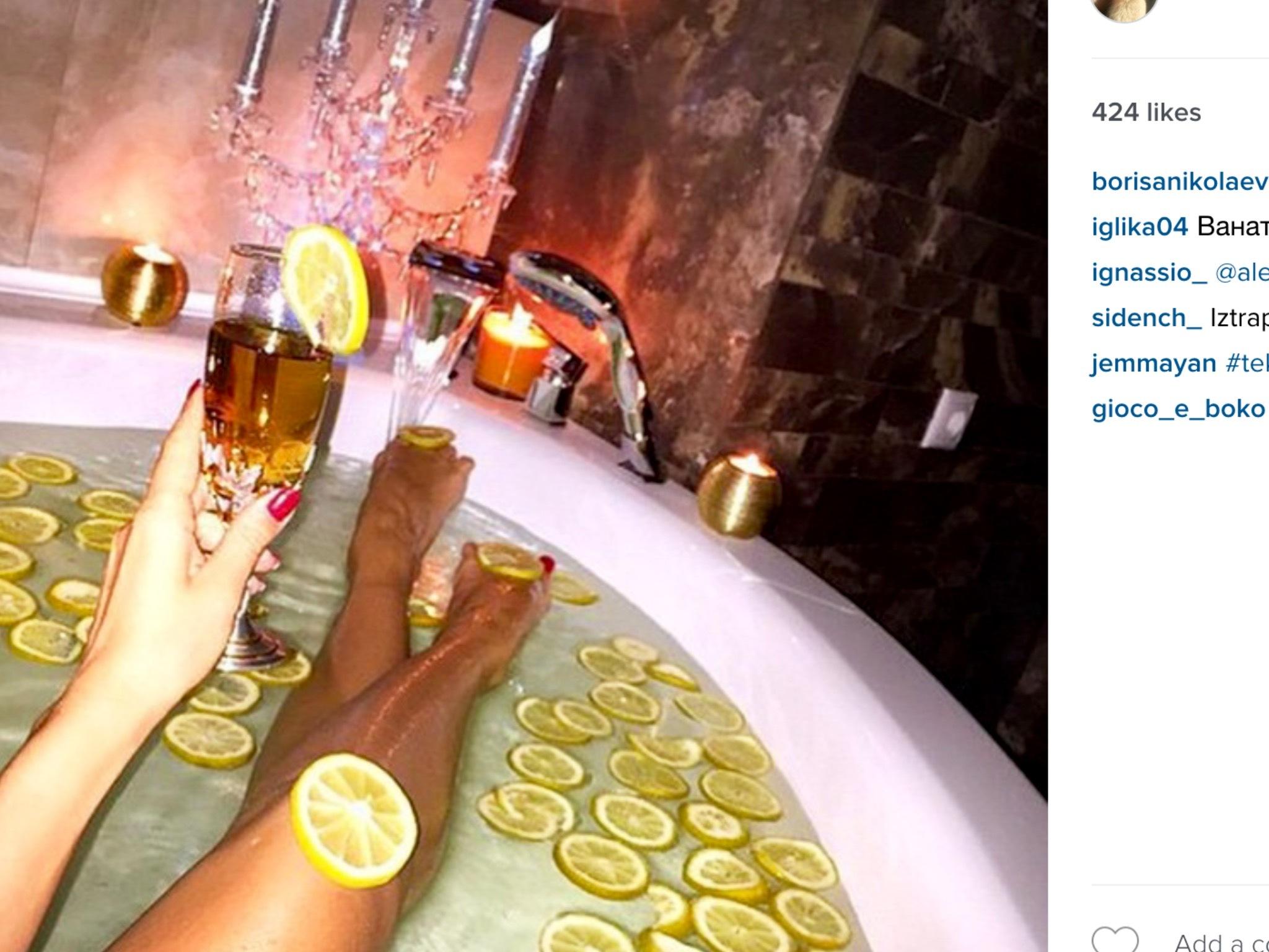 Девушка принимает ванну, попивая шампанское  258270