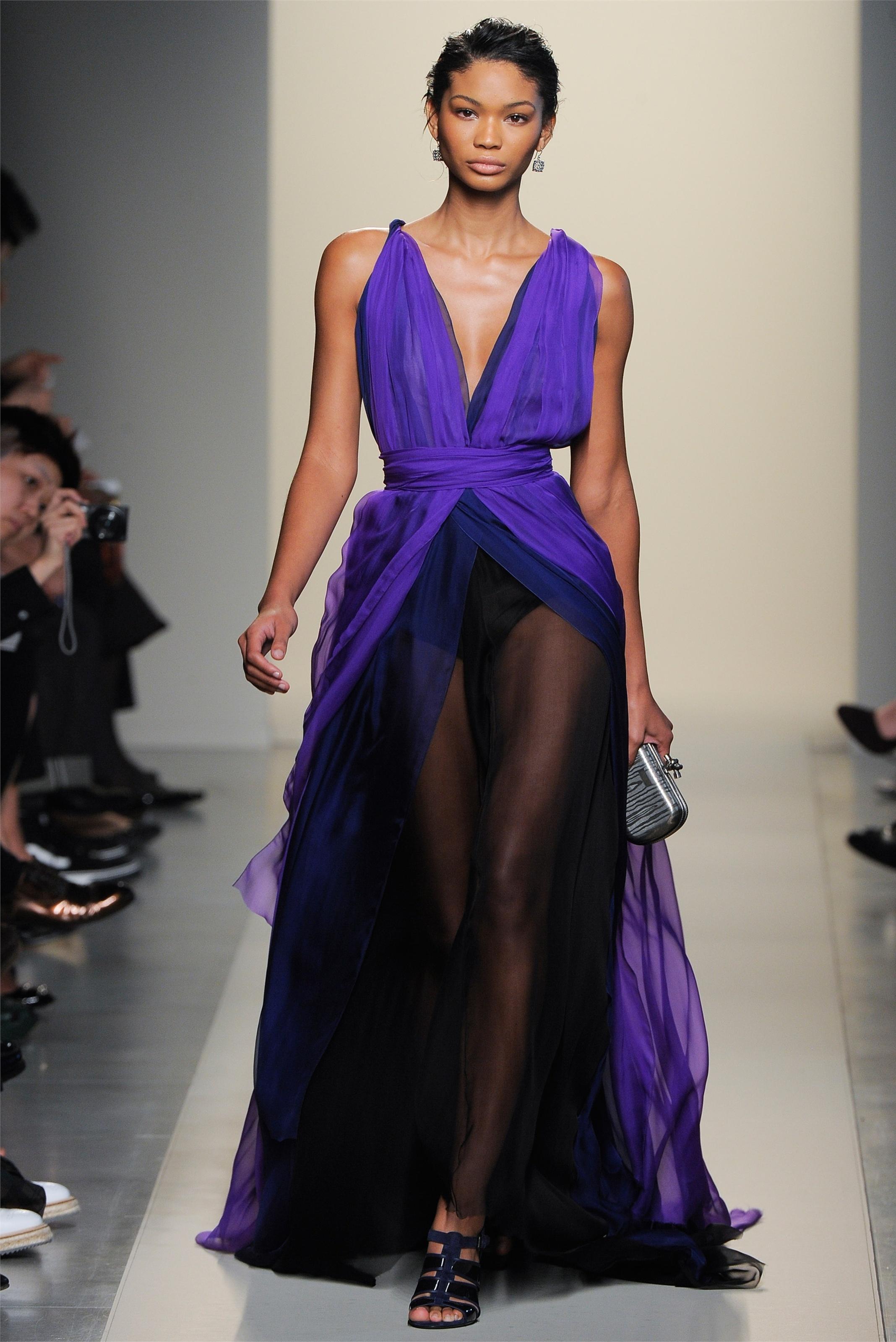 Прекрасное летнее платье с округлым вырезом горловины, которая украшена цепочкой