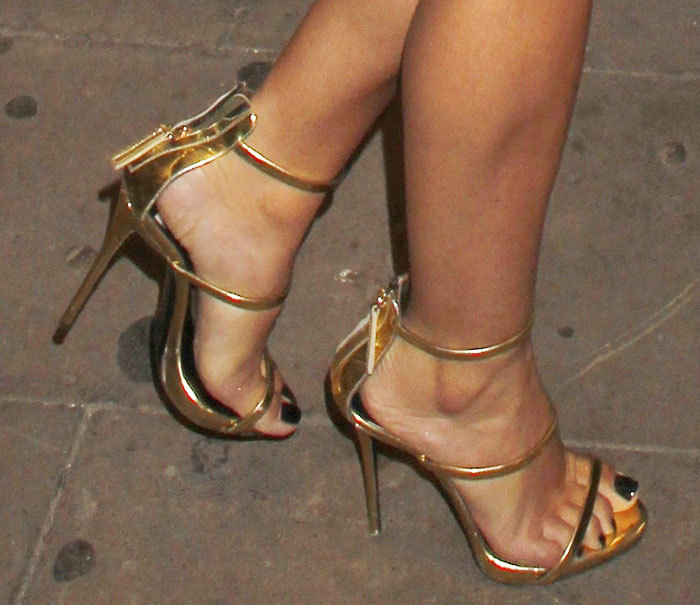 Candid amazing legs feet painted toes shopping face 6