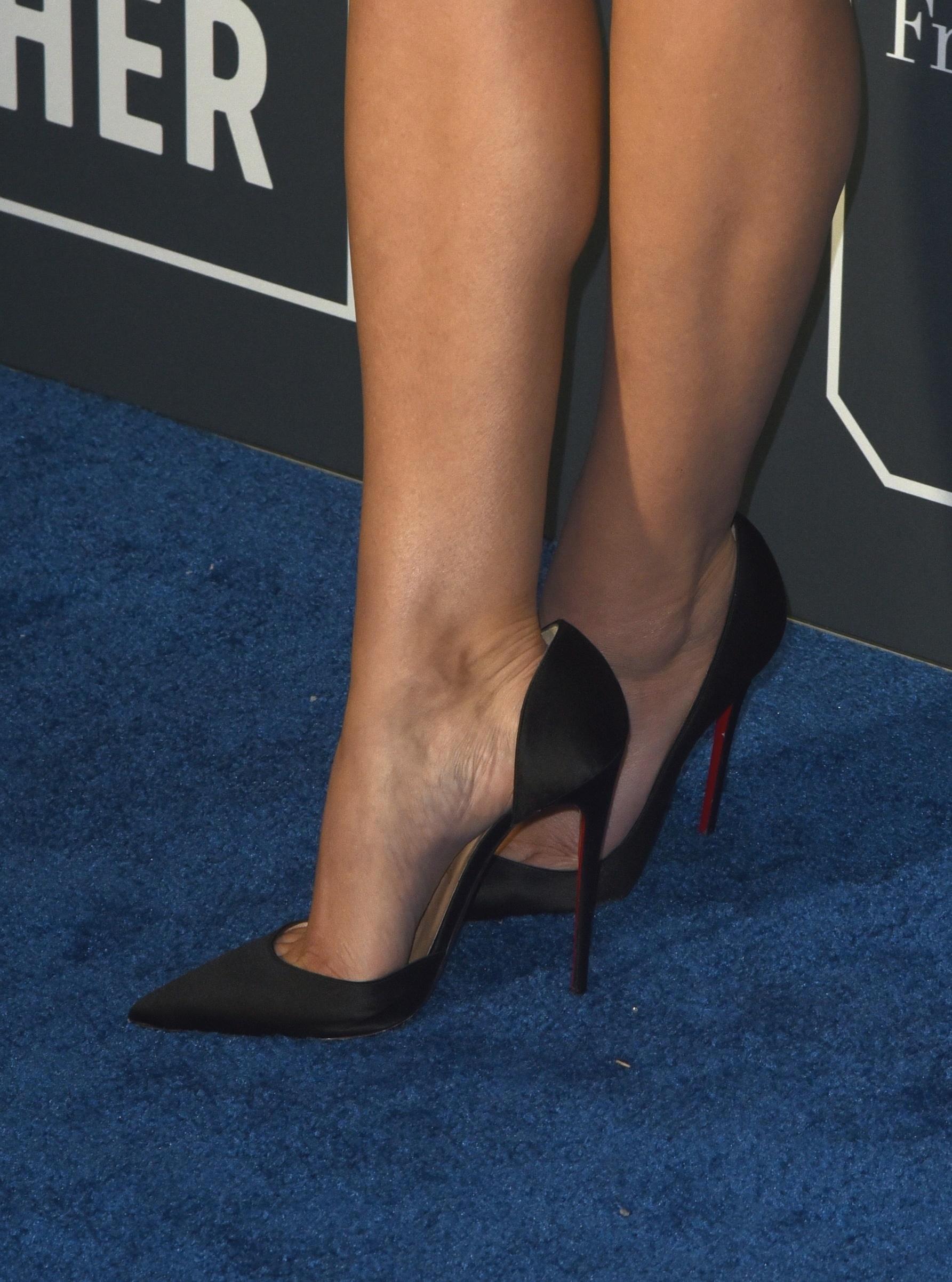 Foot tease and elizabeth   Adult fotos)
