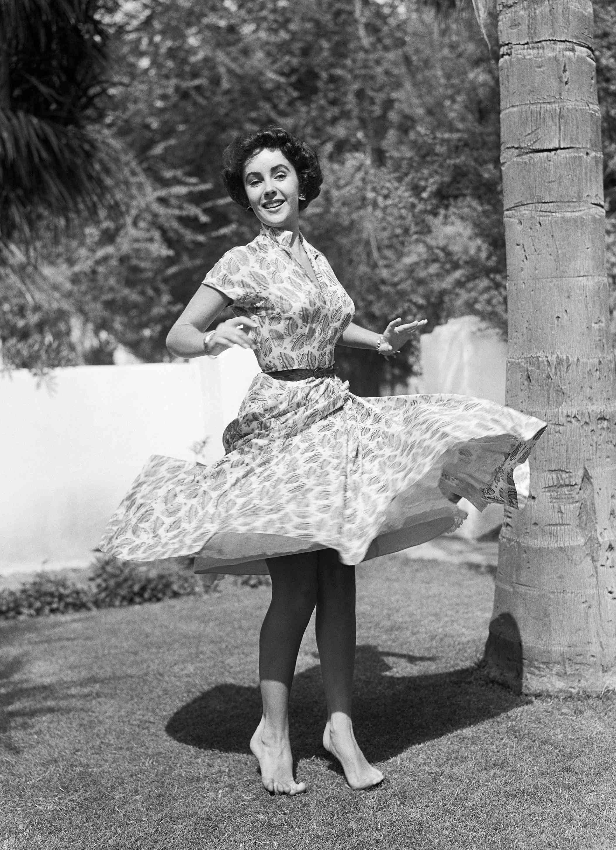 https://pics.wikifeet.com/Elizabeth-Taylor-Feet-3993063.jpg