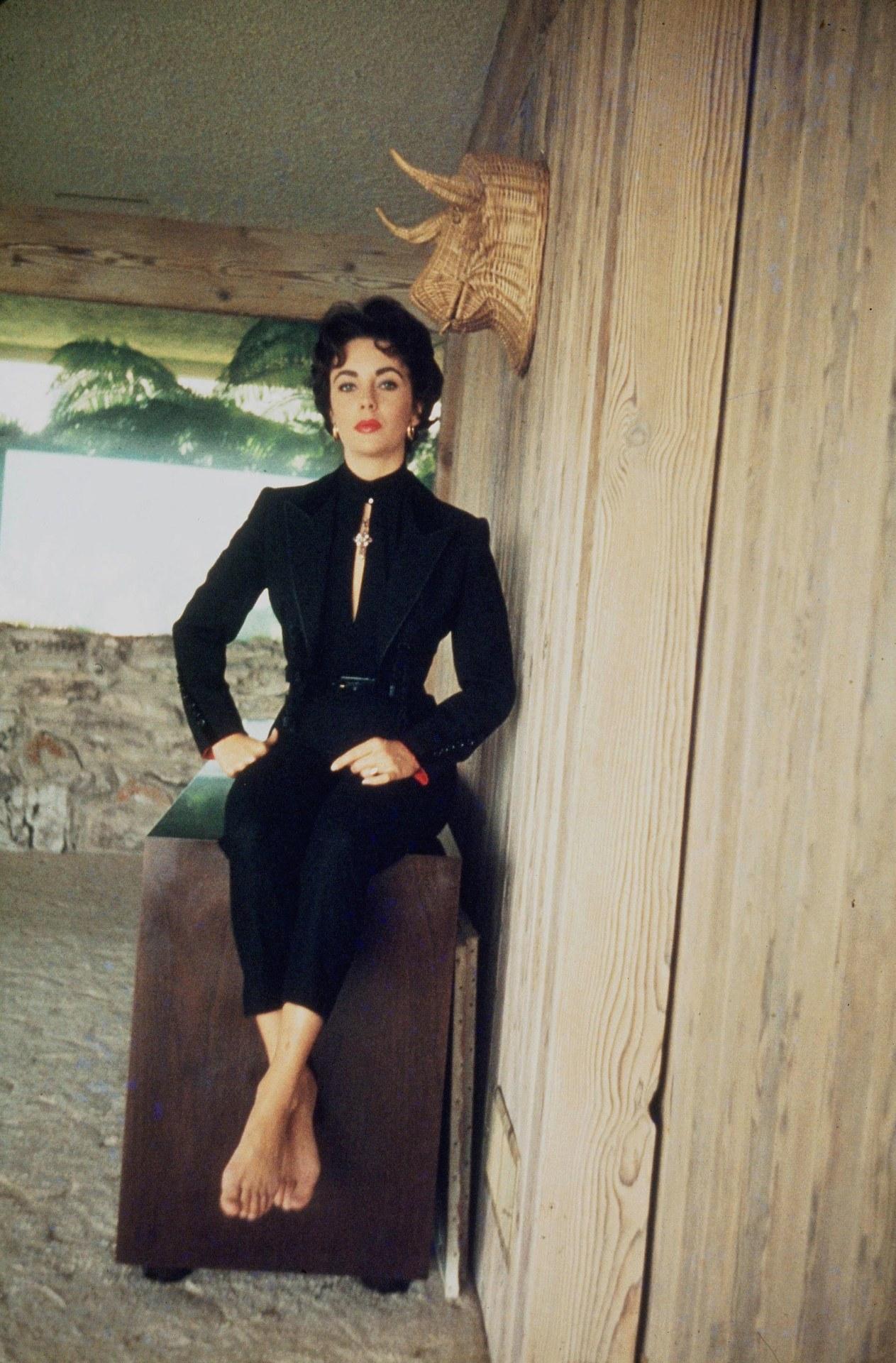 https://pics.wikifeet.com/Elizabeth-Taylor-Feet-973389.jpg
