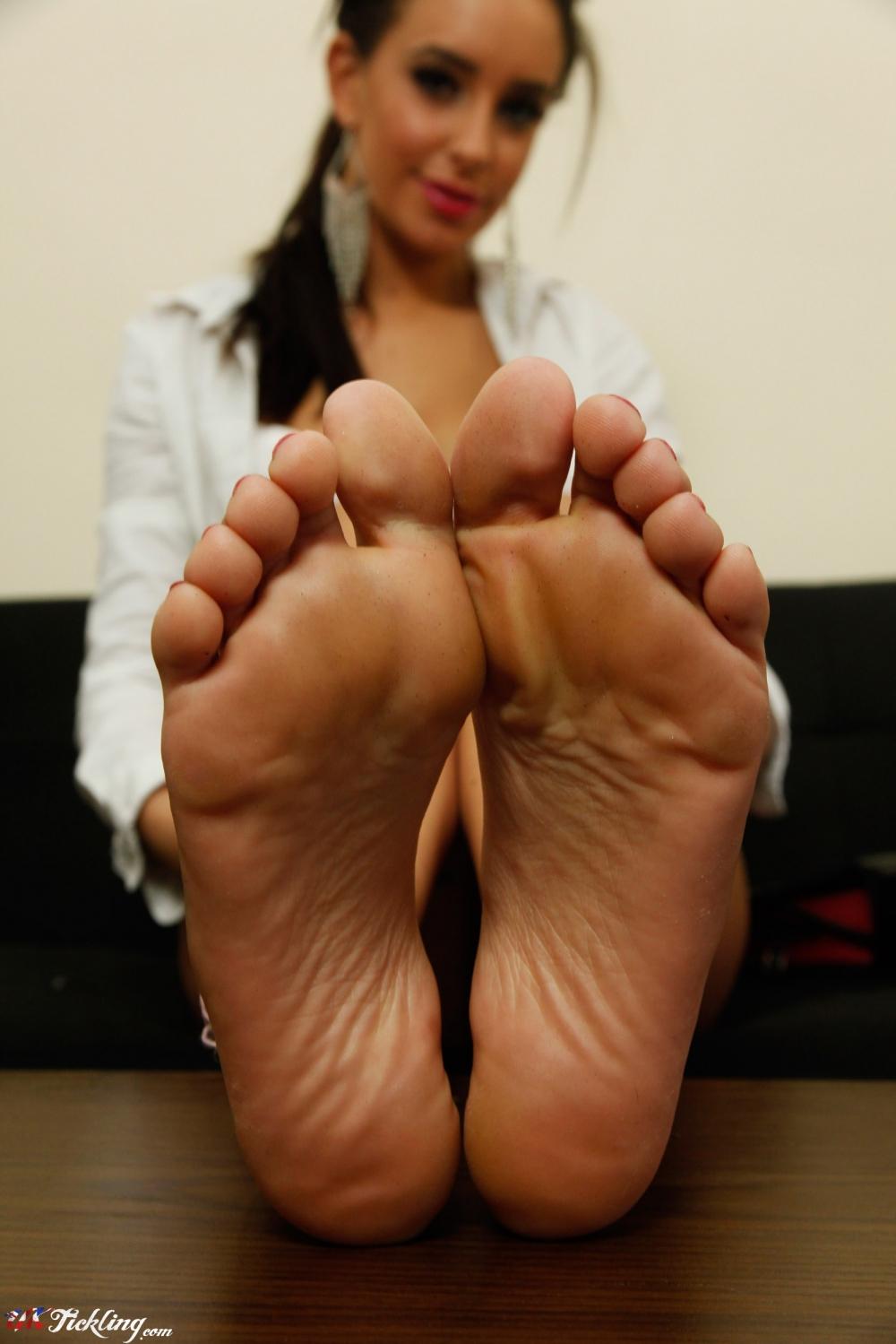 emma lovett feet