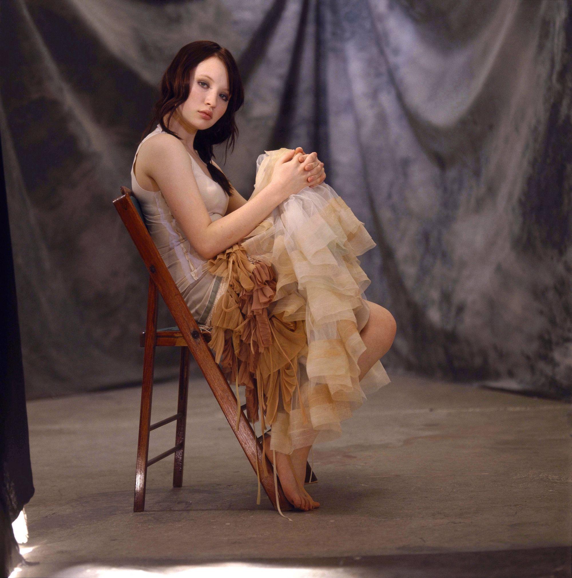 https://pics.wikifeet.com/Emily-Browning-Feet-222377.jpg