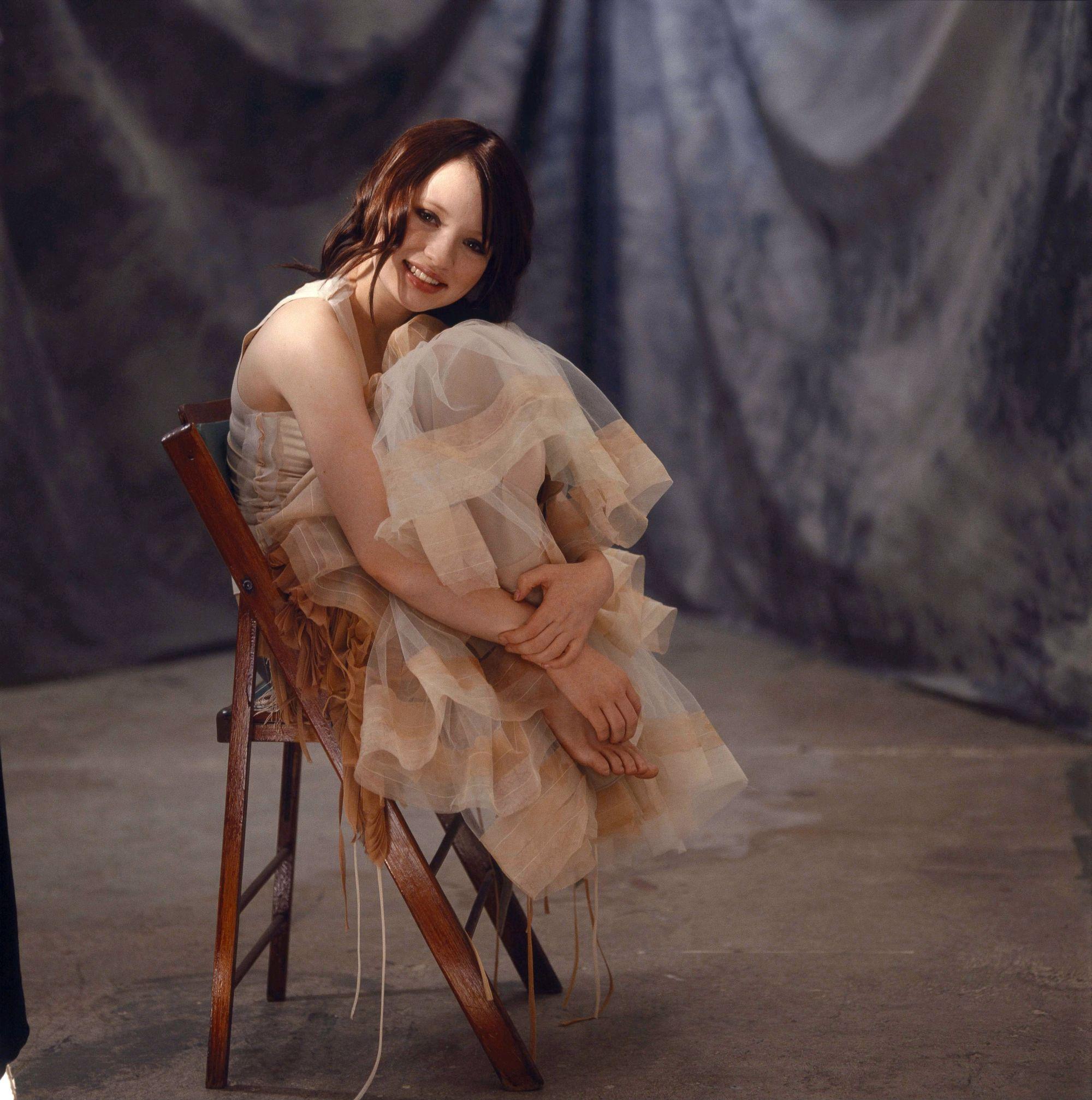 https://pics.wikifeet.com/Emily-Browning-Feet-222380.jpg
