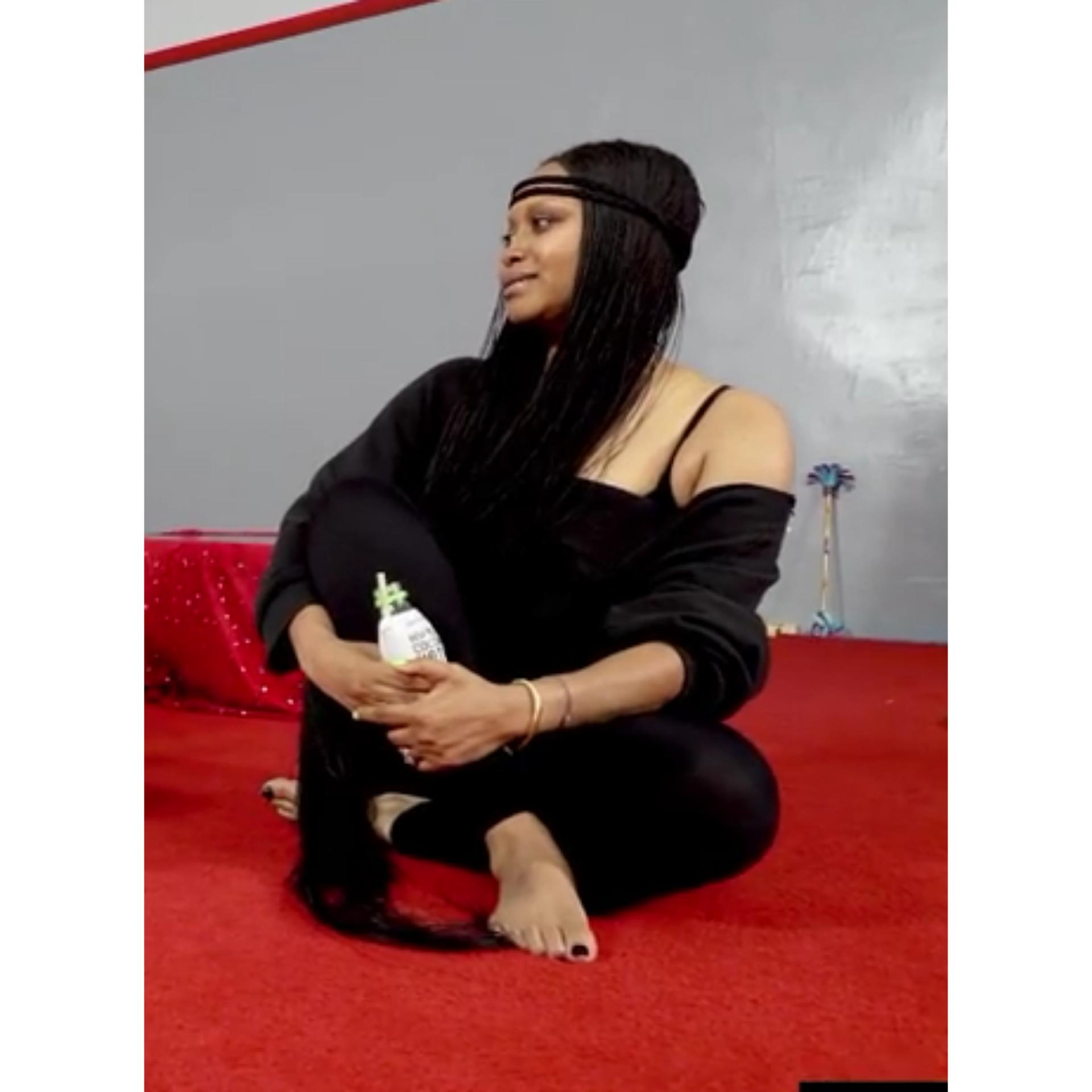 https://pics.wikifeet.com/Erykah-Badu-Feet-2607815.jpg