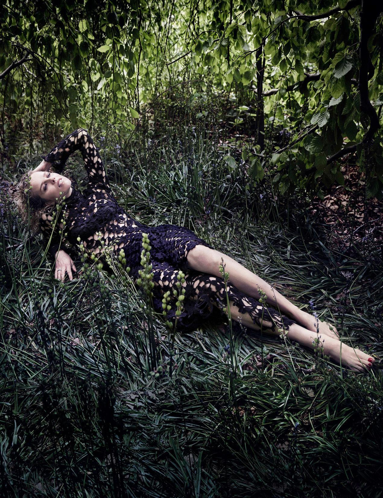 https://pics.wikifeet.com/Eva-Herzigova-Feet-1809616.jpg