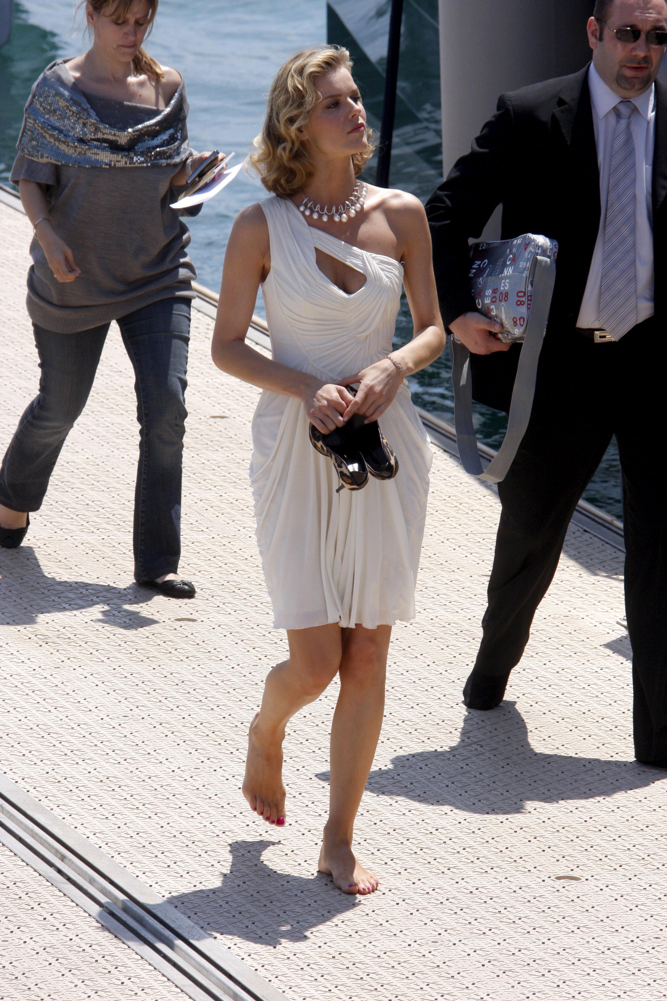 https://pics.wikifeet.com/Eva-Herzigova-Feet-304103.jpg