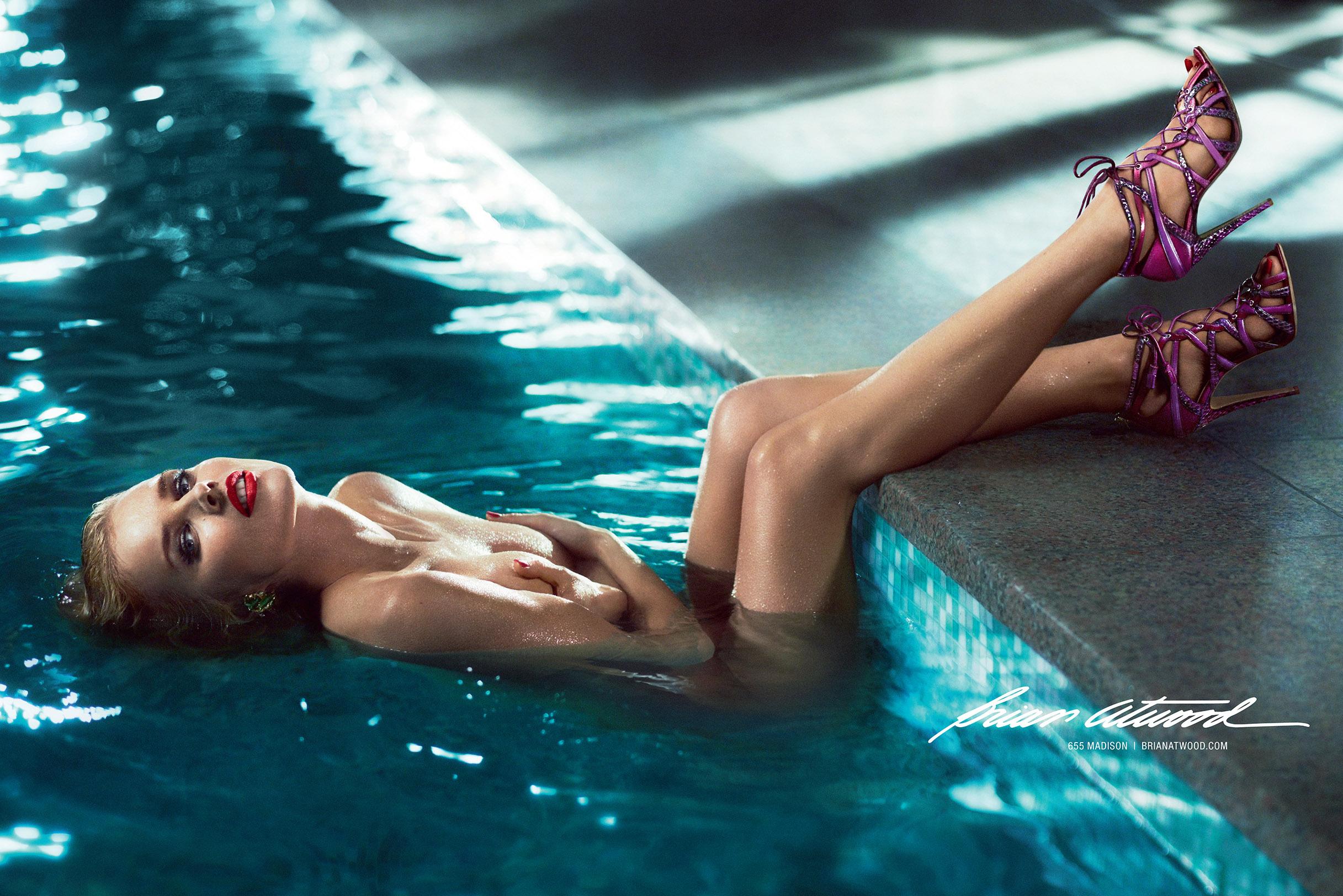 В бассейне голые