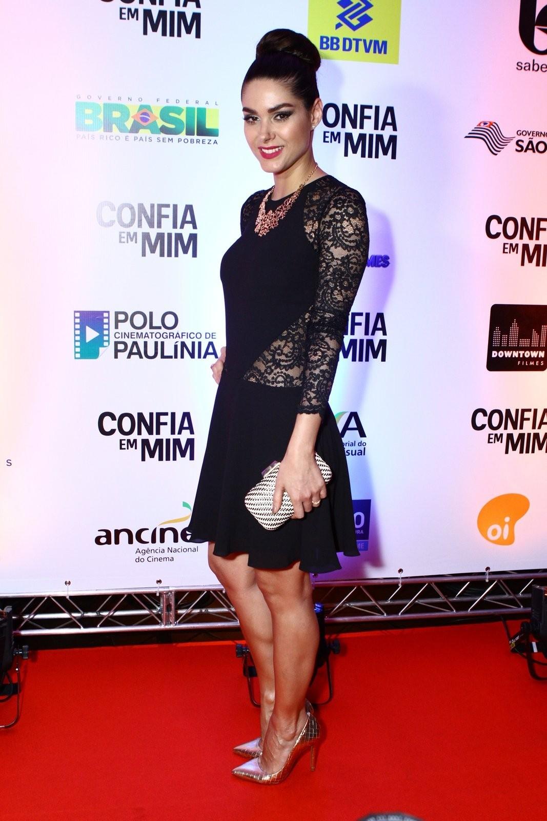 http://pics.wikifeet.com/Fernanda-Machado-Feet-1576397.jpg