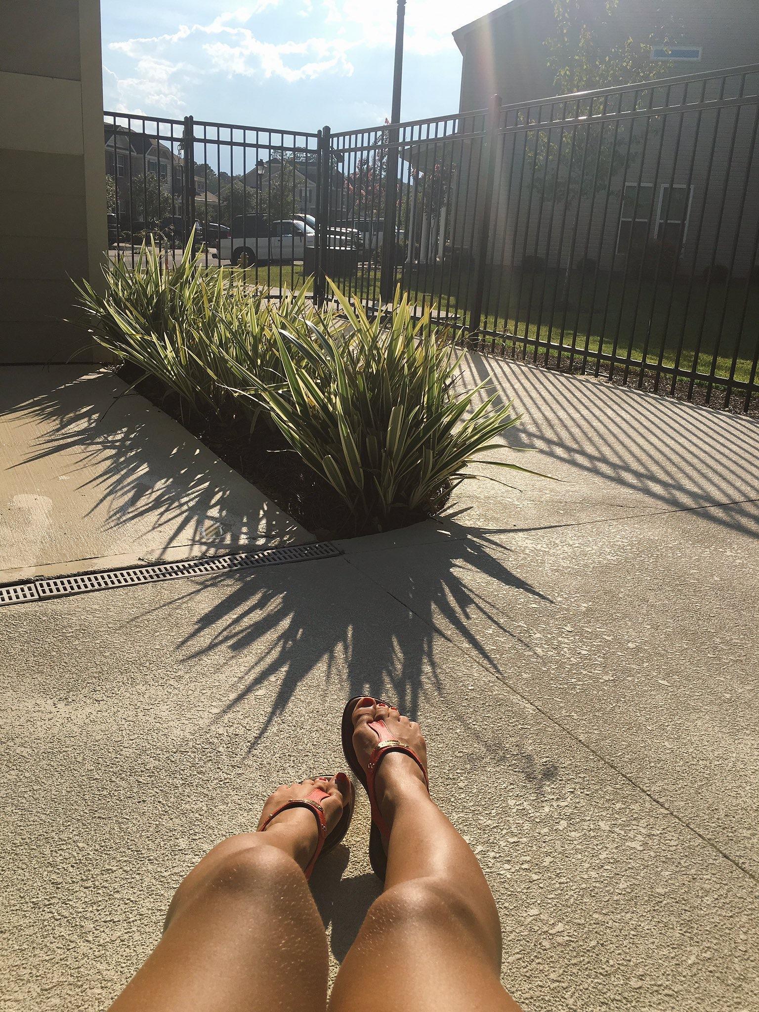Die hübsche tätowierte Rothaarige Holly Hendrix spreizt die Beine, um sich an gutem Essen zu erfreue