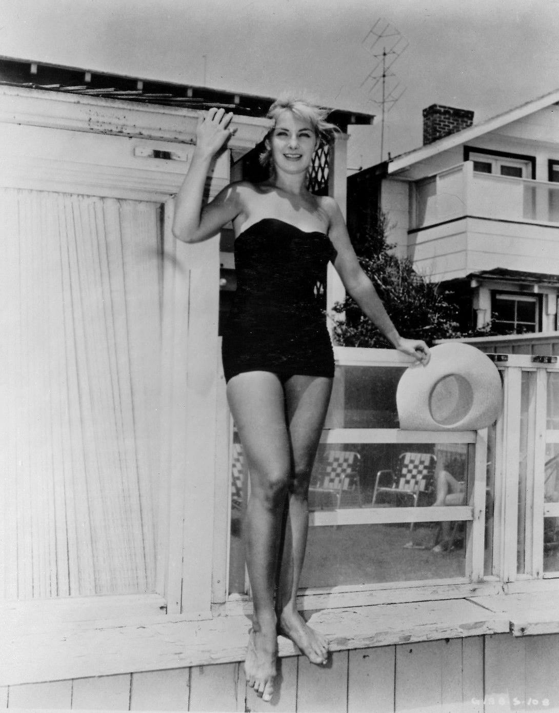 https://pics.wikifeet.com/Joanne-Woodward-Feet-3759900.jpg