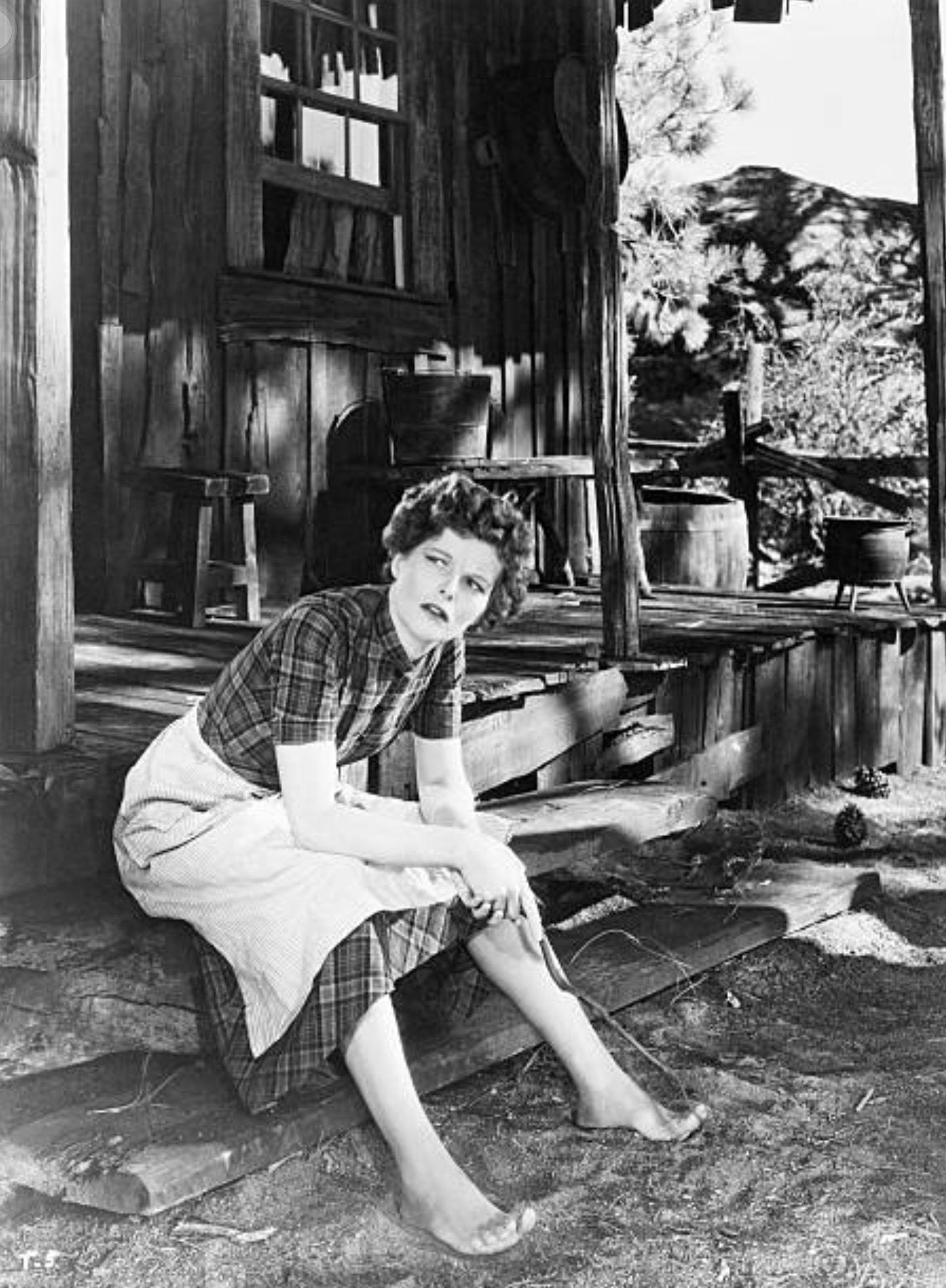 https://pics.wikifeet.com/Katharine-Hepburn-Feet-2962172.jpg