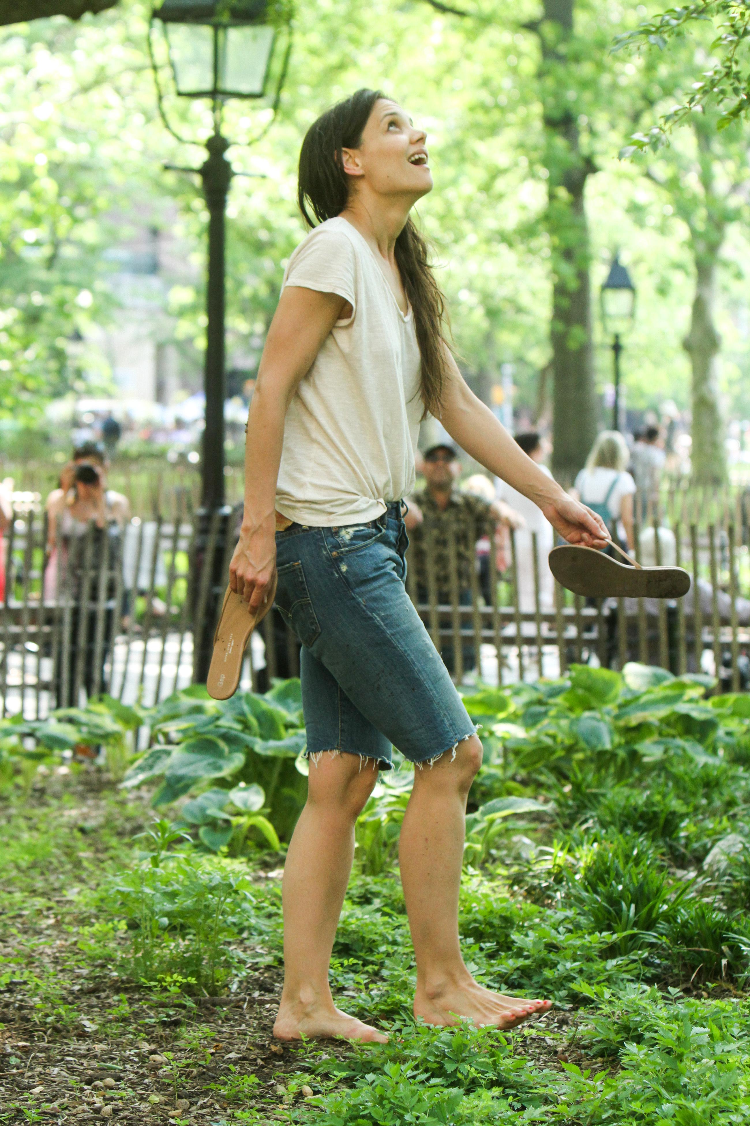 https://pics.wikifeet.com/Katie-Holmes-Feet-1048045.jpg