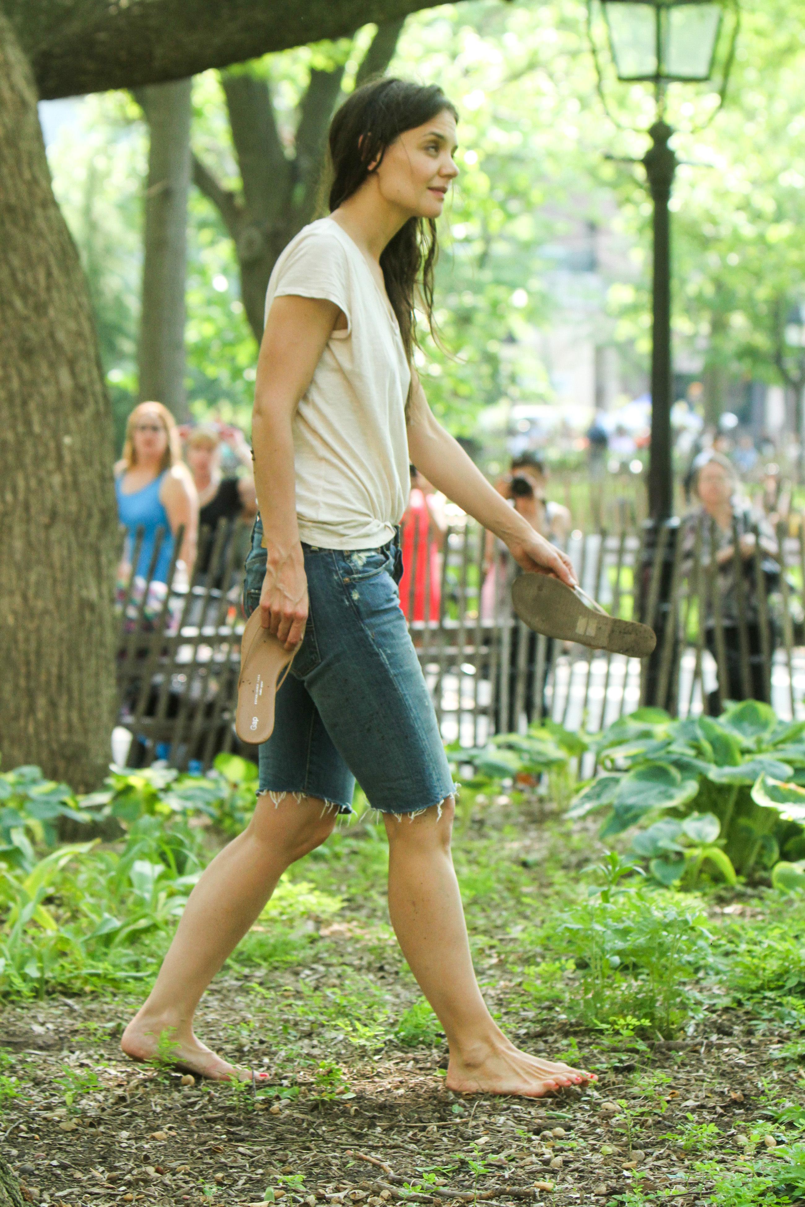 https://pics.wikifeet.com/Katie-Holmes-Feet-1048046.jpg
