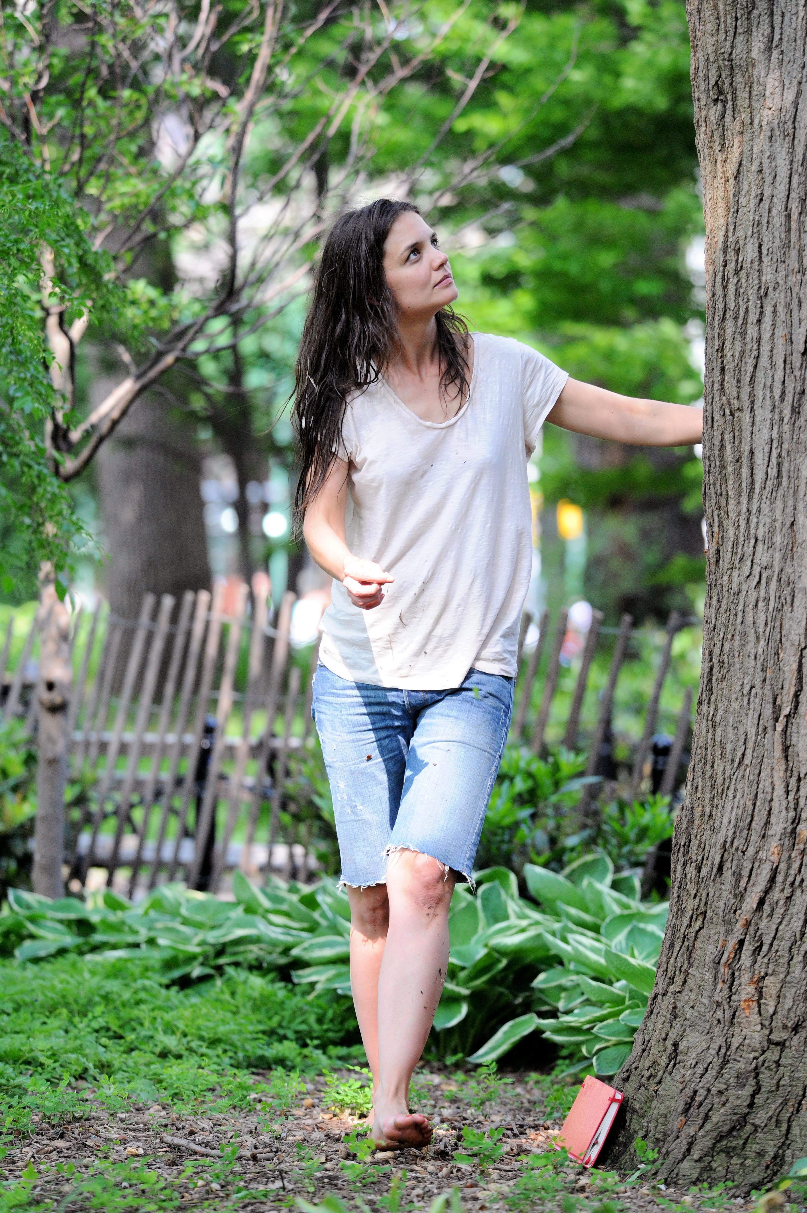 https://pics.wikifeet.com/Katie-Holmes-Feet-1048122.jpg