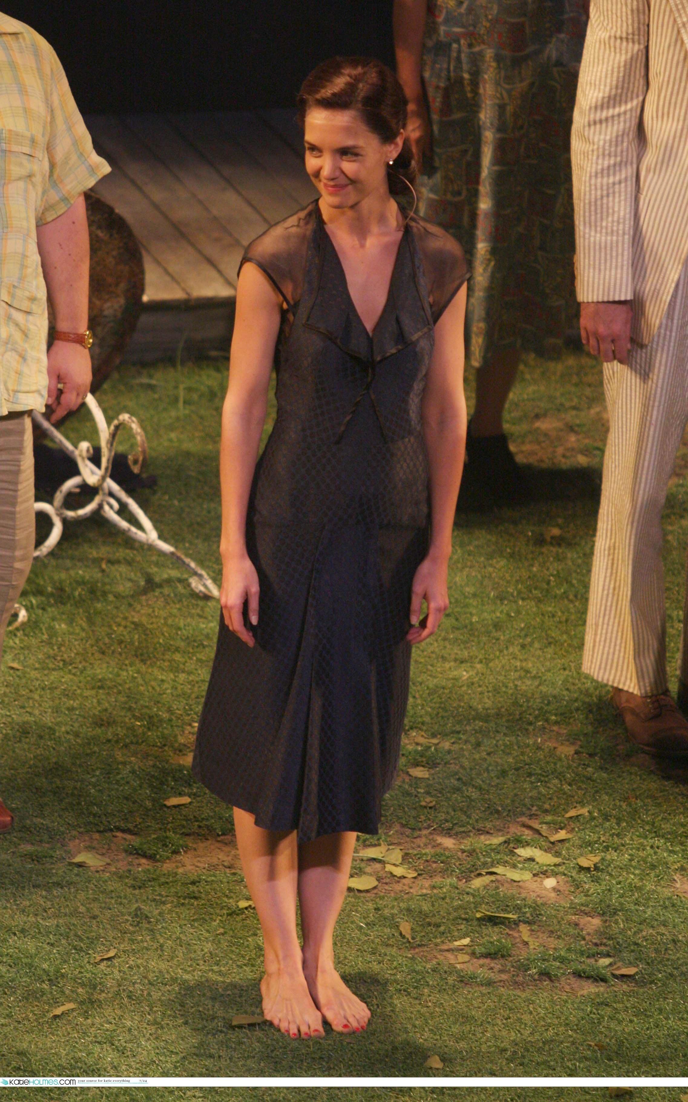 https://pics.wikifeet.com/Katie-Holmes-Feet-1074143.jpg