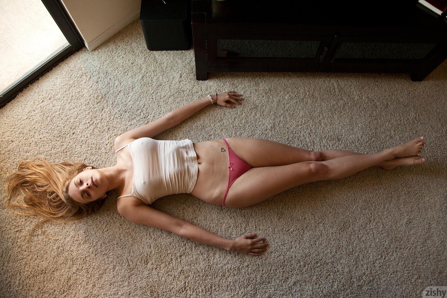 Wünschenswert blonder Engel mit zerbrechlichen Körper Kennedy Nash liebt zu masturbieren