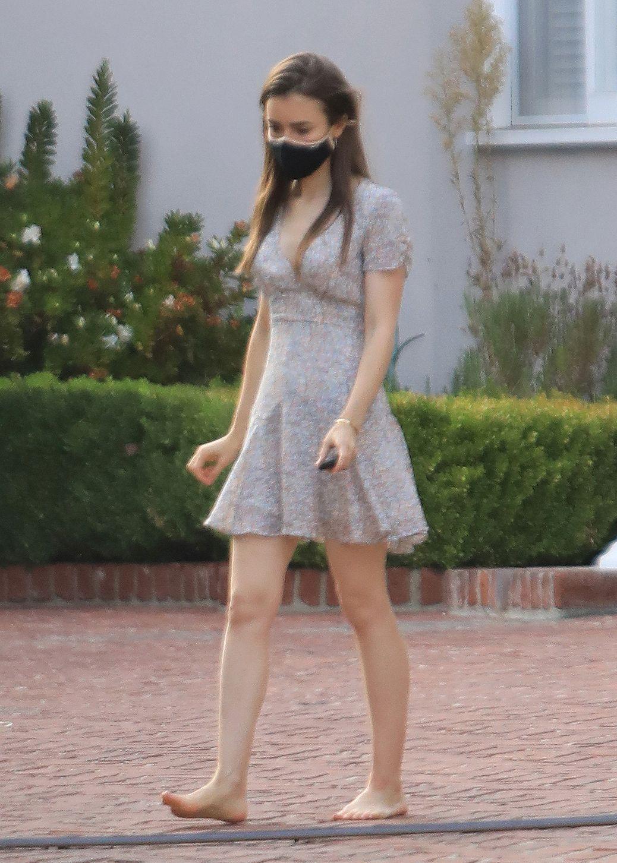 https://pics.wikifeet.com/Lily-Collins-Feet-5437226.jpg