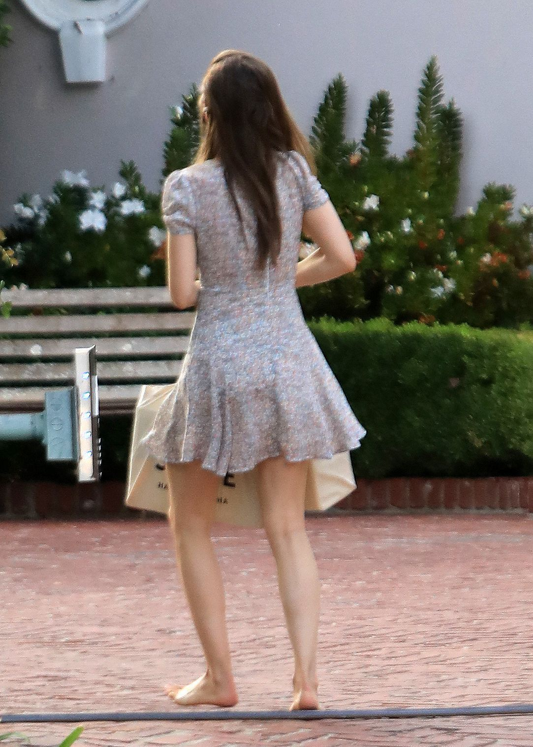 https://pics.wikifeet.com/Lily-Collins-Feet-5437228.jpg