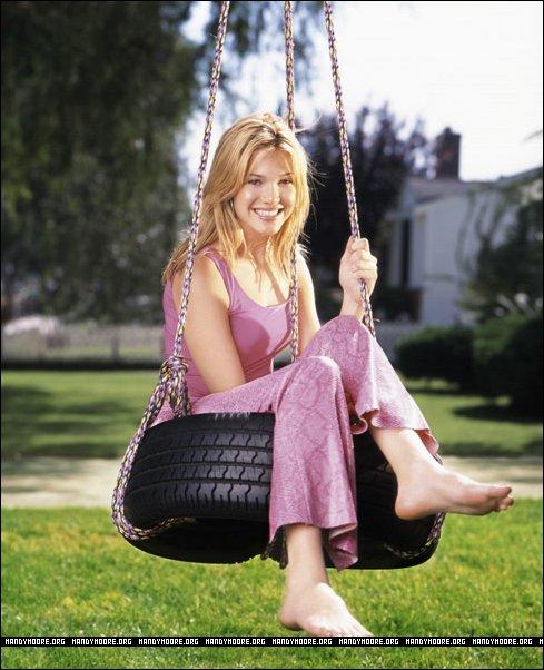 https://pics.wikifeet.com/Mandy-Moore-Feet-386609.jpg