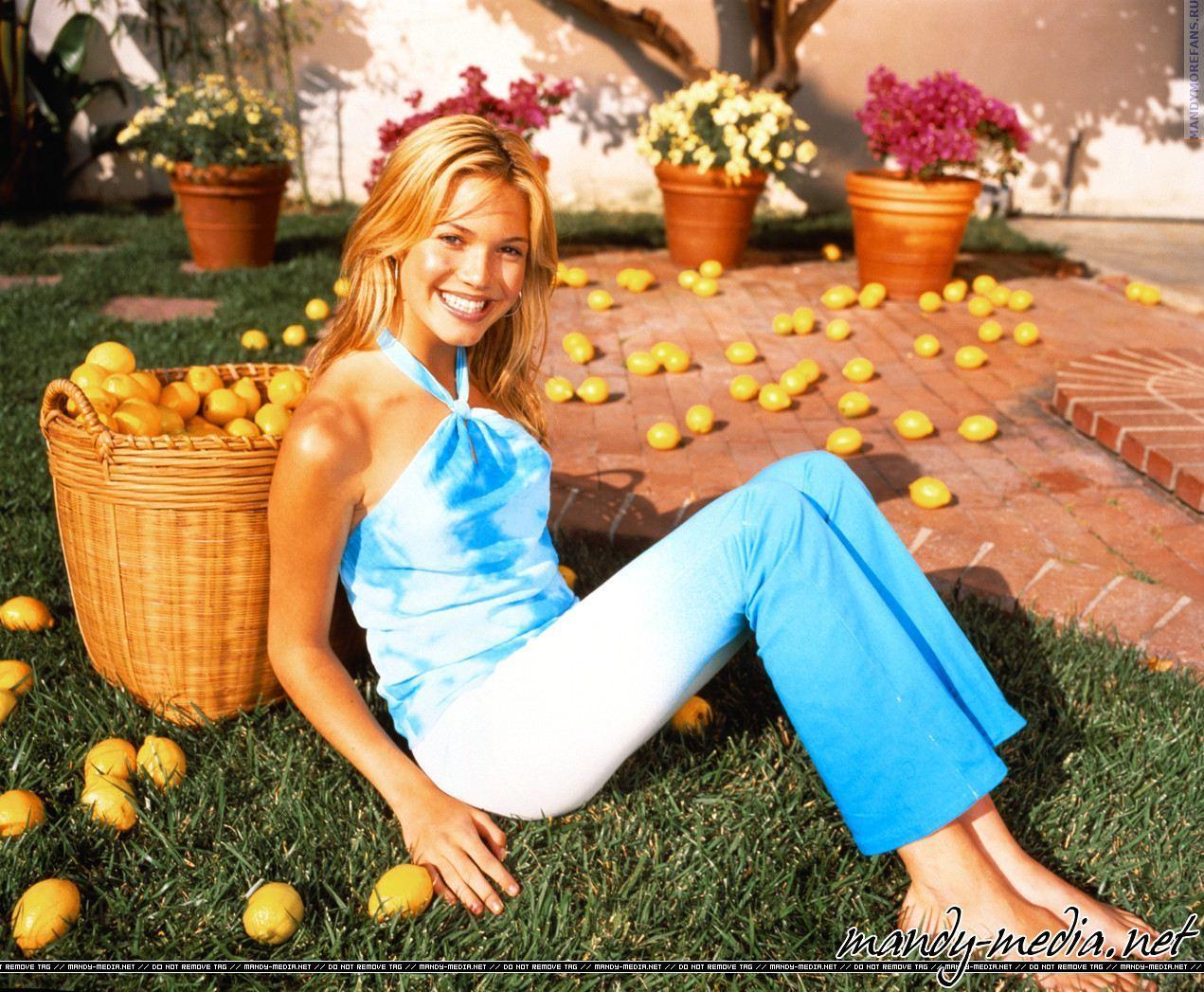 https://pics.wikifeet.com/Mandy-Moore-Feet-473979.jpg
