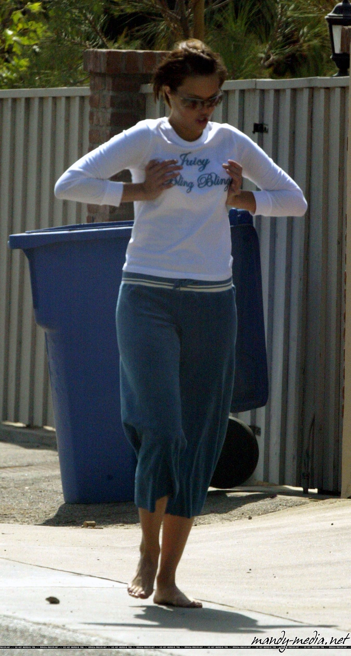 https://pics.wikifeet.com/Mandy-Moore-Feet-501364.jpg