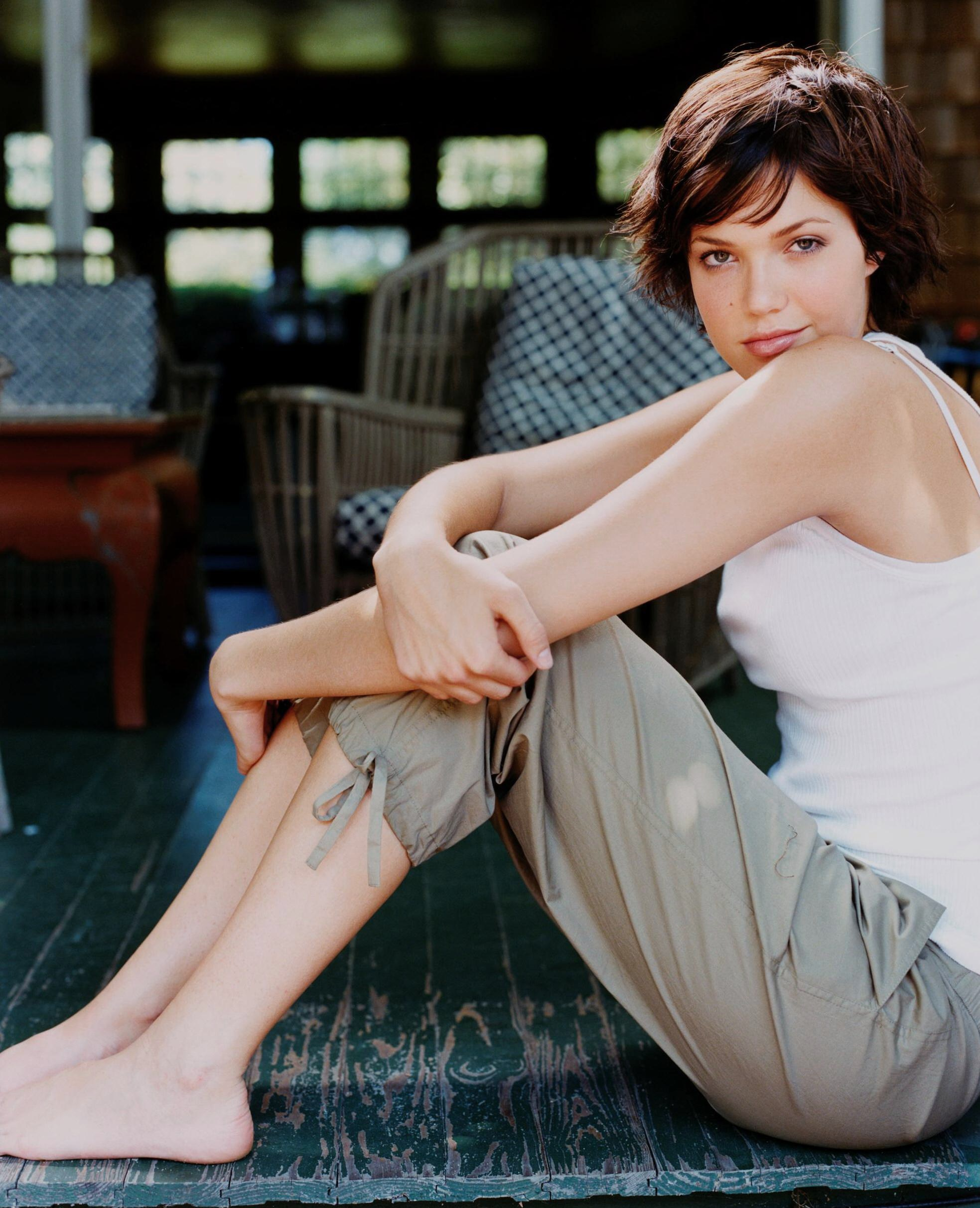 https://pics.wikifeet.com/Mandy-Moore-Feet-582054.jpg