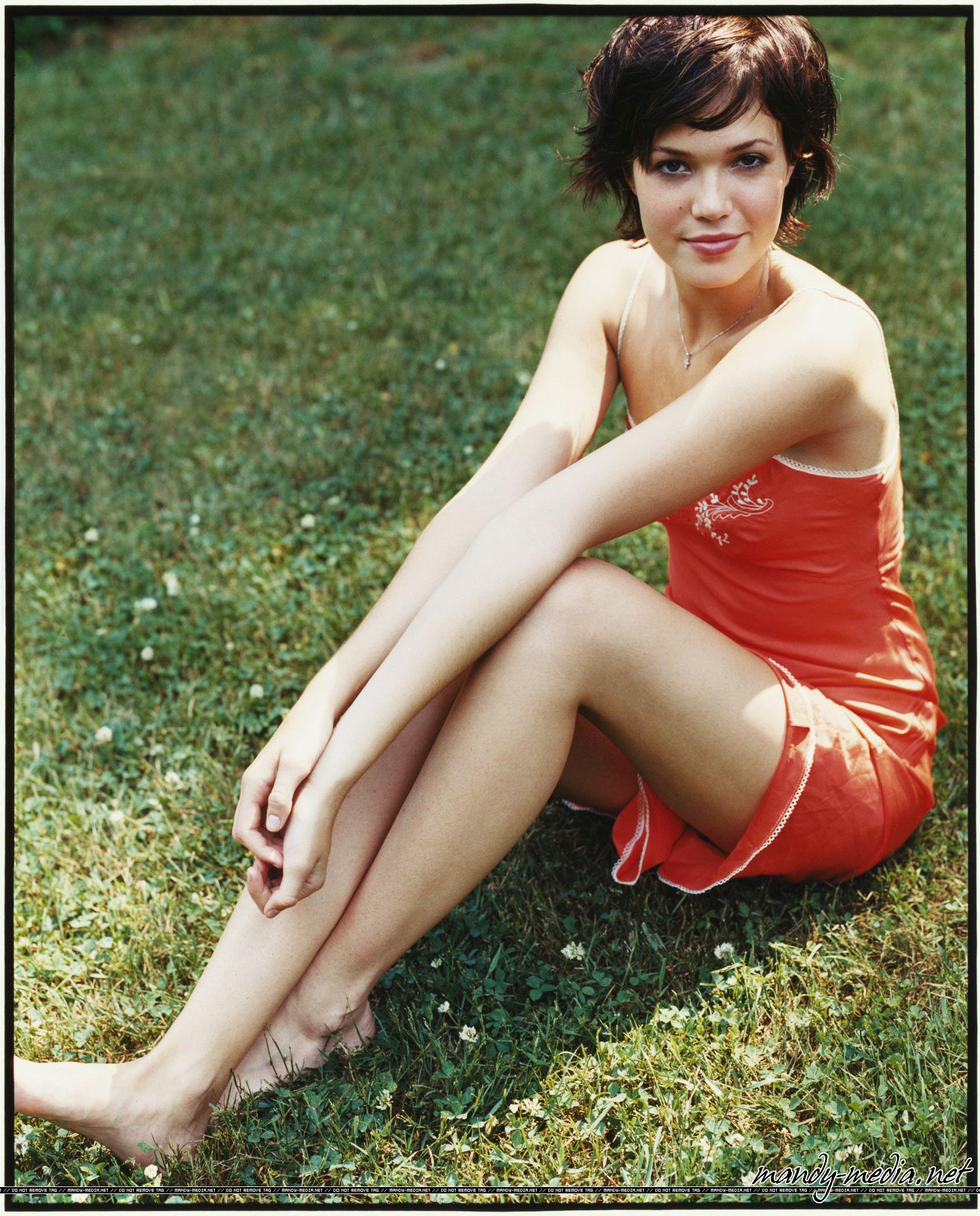 https://pics.wikifeet.com/Mandy-Moore-Feet-94475.jpg