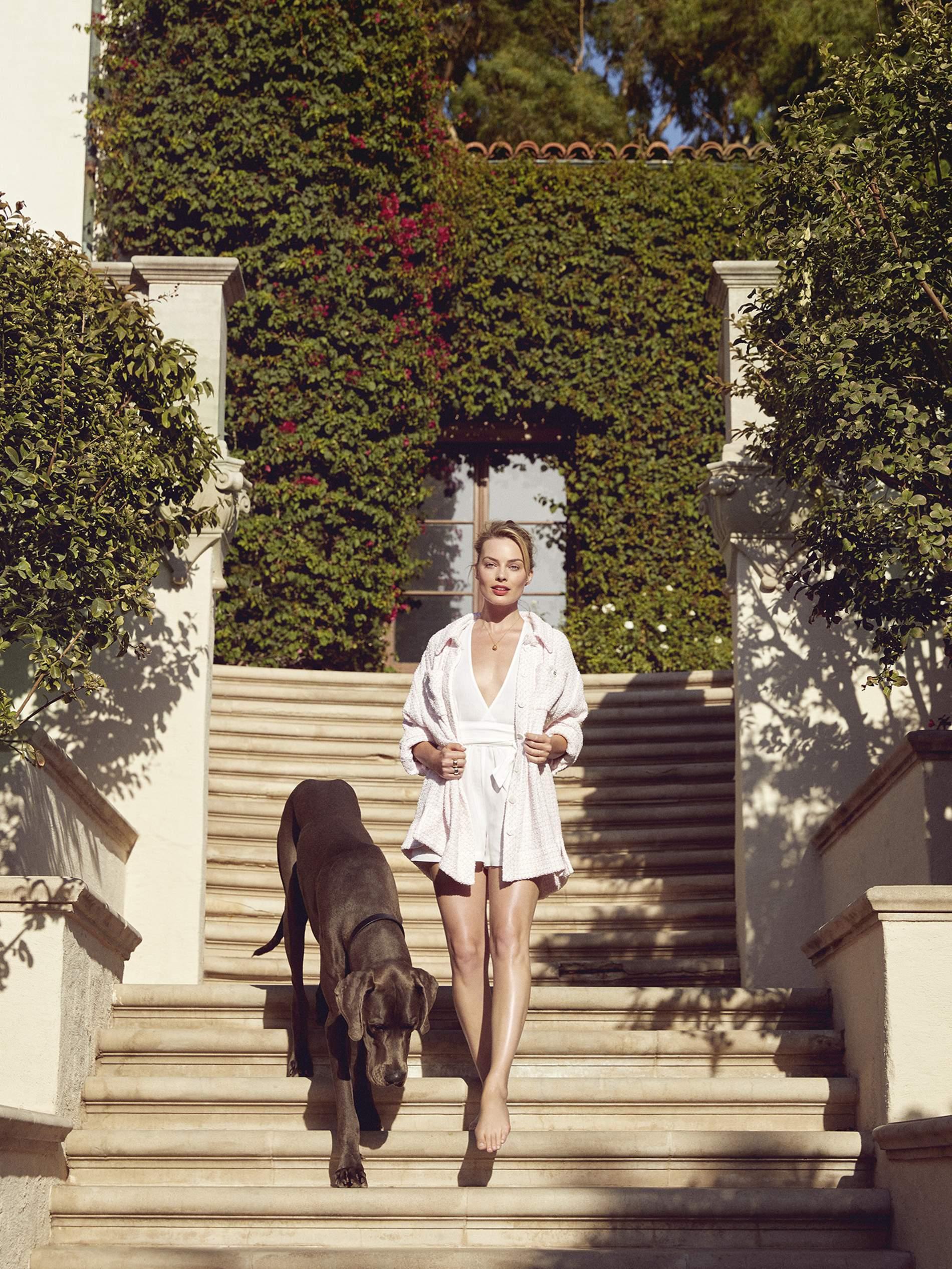 https://pics.wikifeet.com/Margot-Robbie-Feet-4954087.jpg