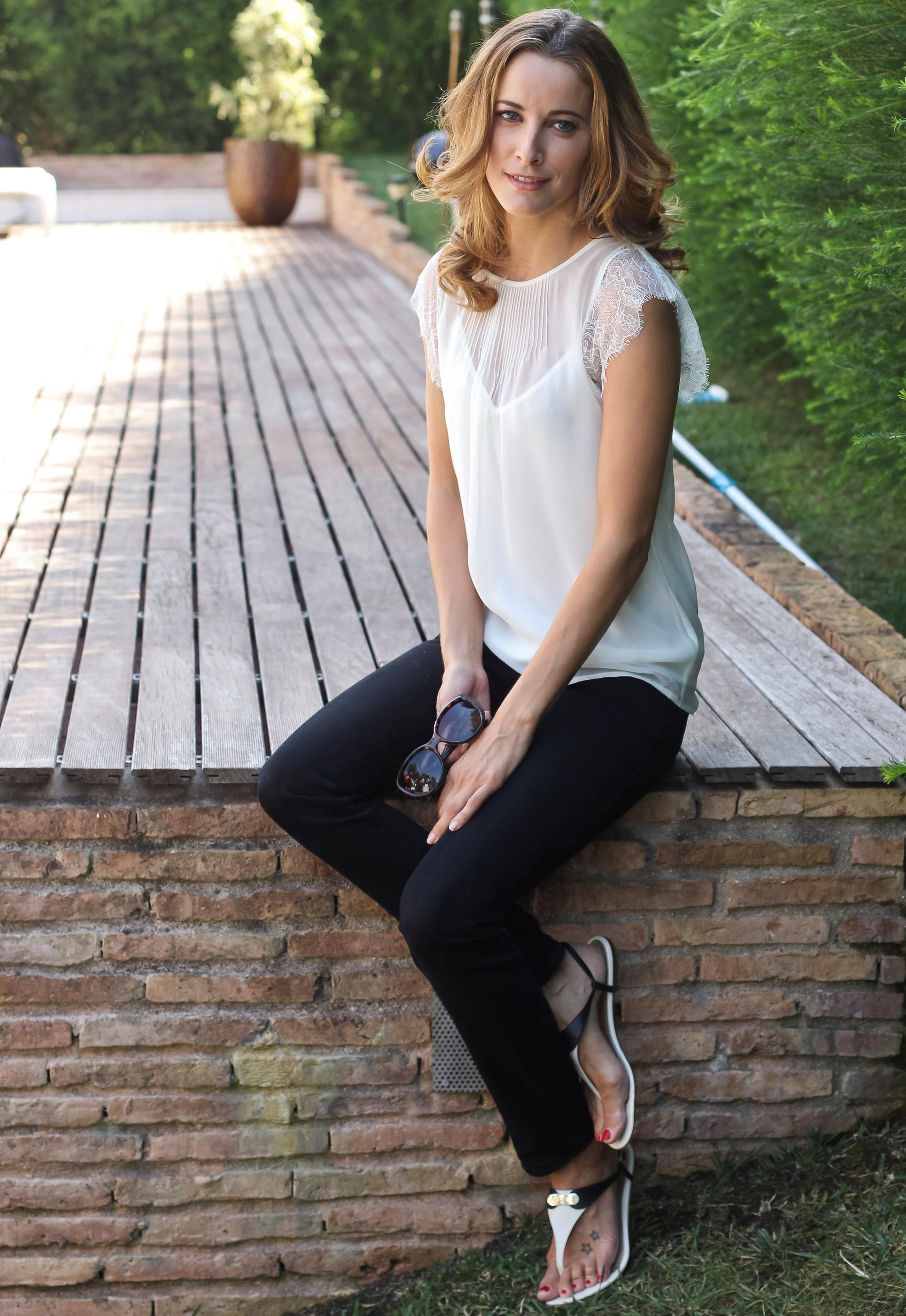 http://pics.wikifeet.com/Maria-Jo%C3%A3o-Bastos-Feet-1098119.jpg