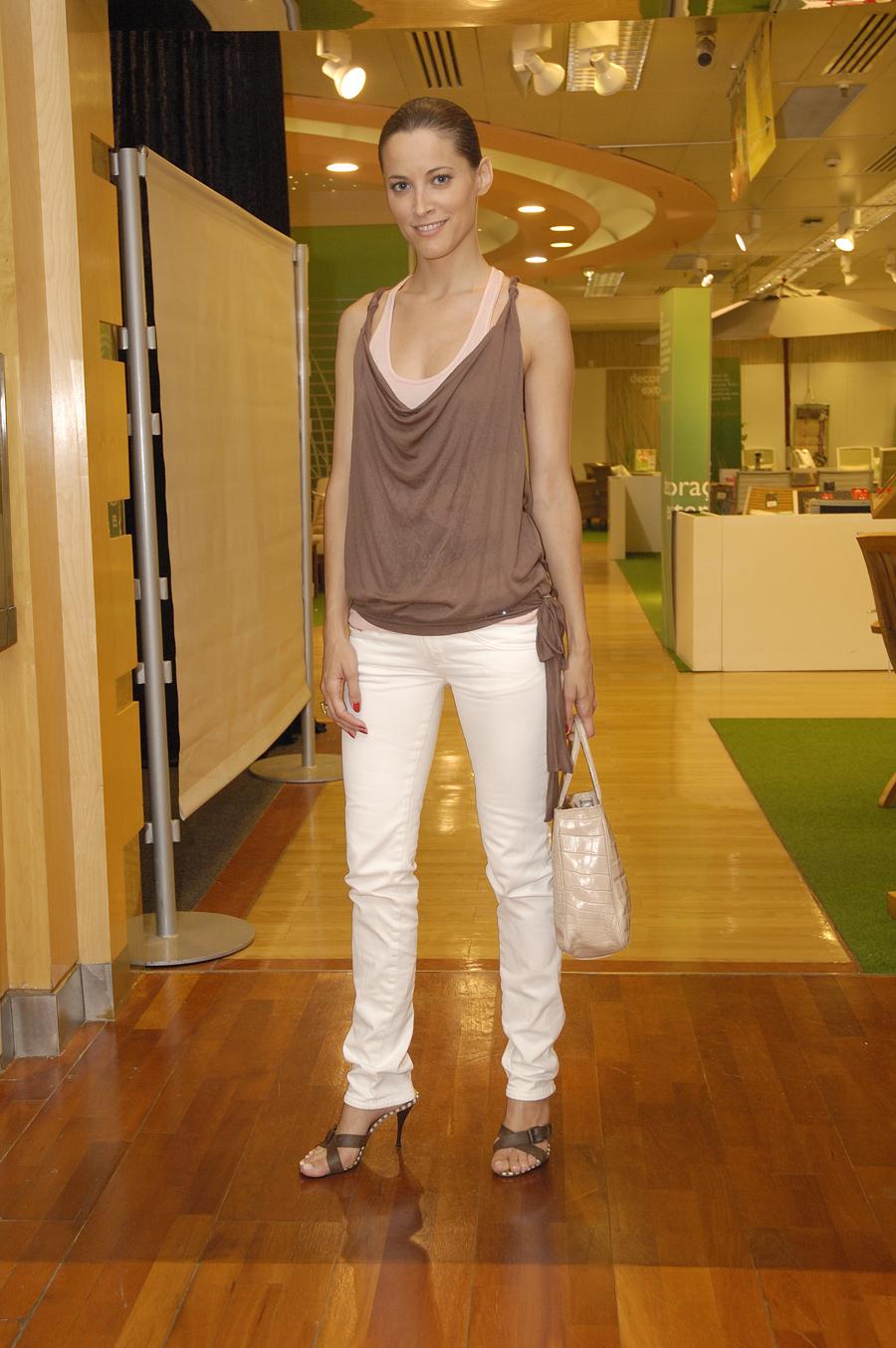 http://pics.wikifeet.com/Maria-Jo%C3%A3o-Bastos-Feet-877919.jpg
