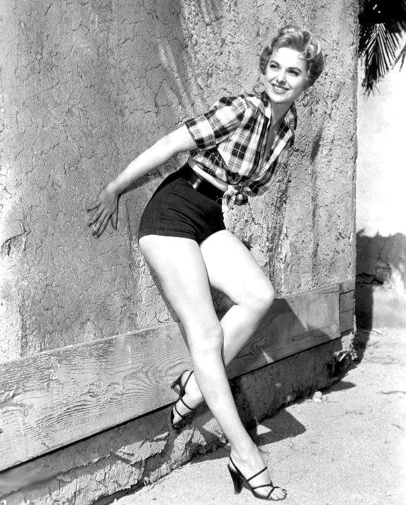 http://pics.wikifeet.com/Martha-Hyer-Feet-104527.jpg