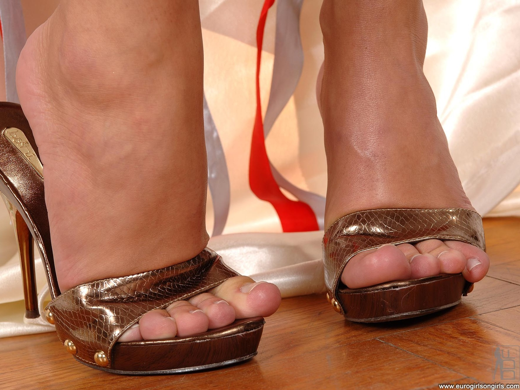 Mya diamond foot