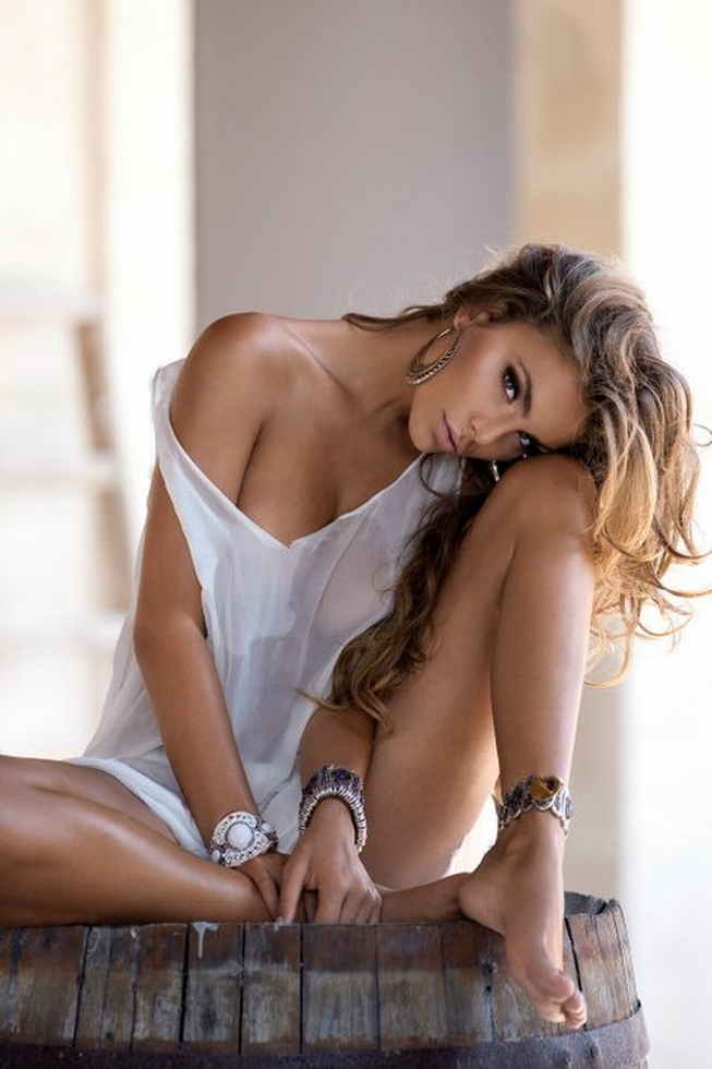 sexy bottomless nude woman