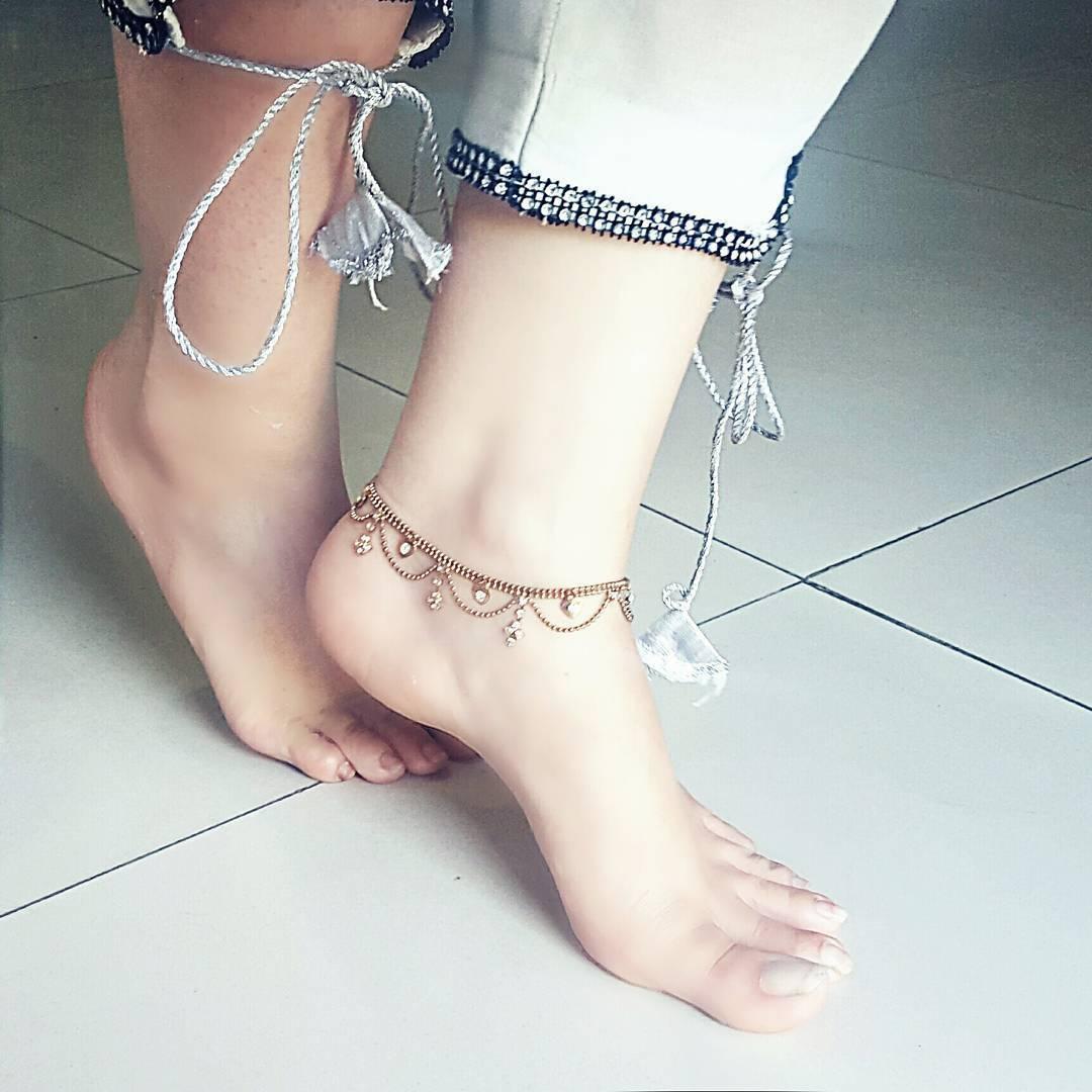 https://pics.wikifeet.com/Rabi-Pirzada-Feet-4542937.jpg