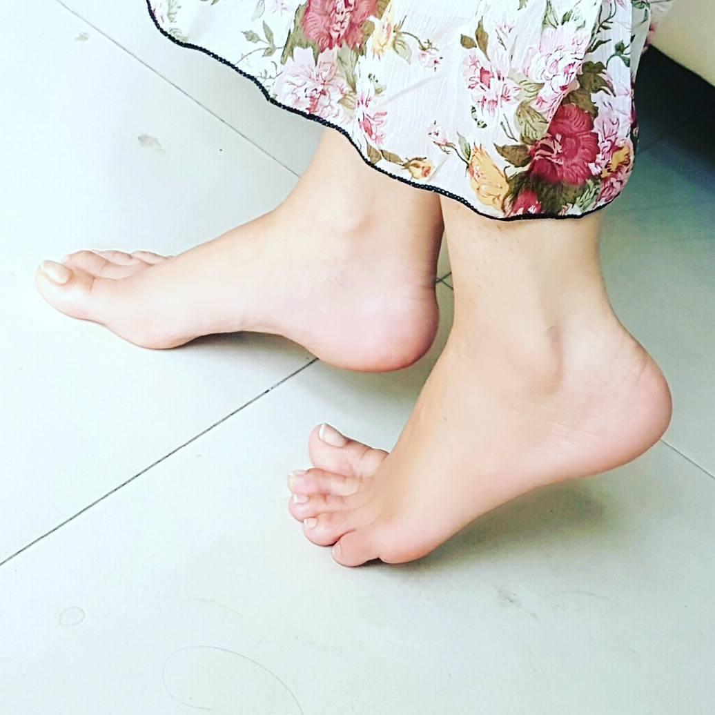 https://pics.wikifeet.com/Rabi-Pirzada-Feet-4542948.jpg