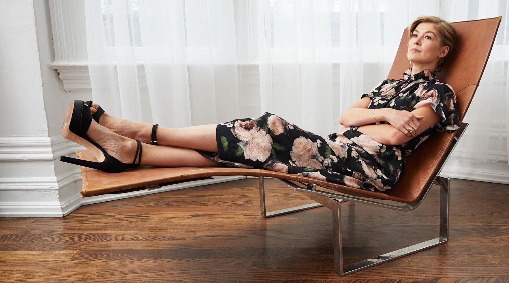 Gif xxx sexy rosamund pike legs trainer naked pornorip