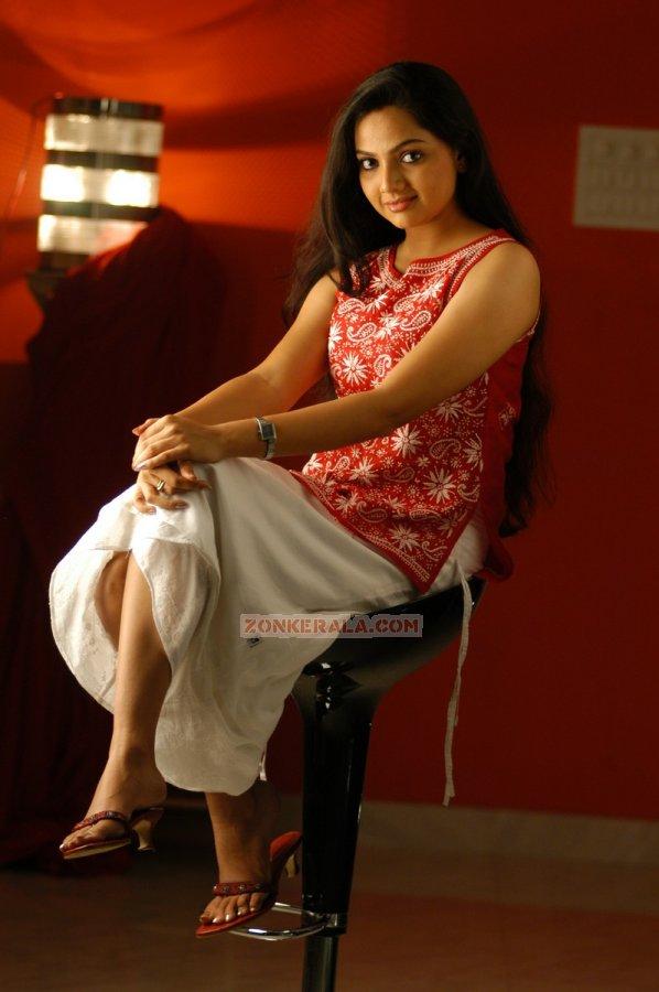 chain legs mallu actress photo