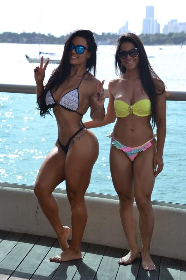 models Barefoot bikini