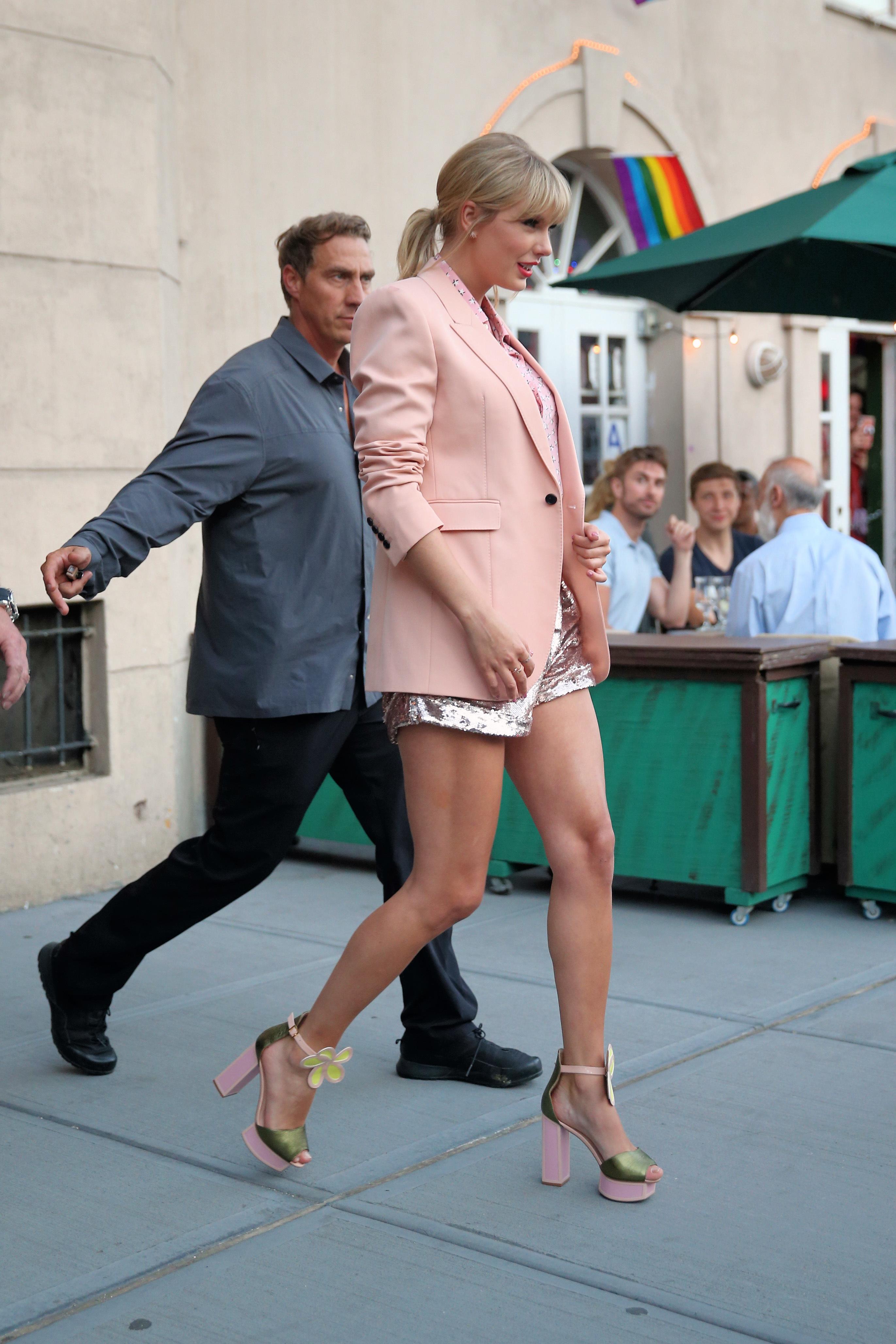 Taylor Swift's Feet << wikiFeet
