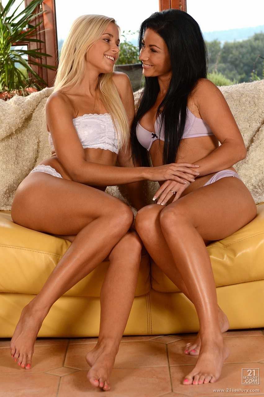 Blonde lesbians Dido Angel and Angel Wicky get off on pussy fisting № 552386  скачать