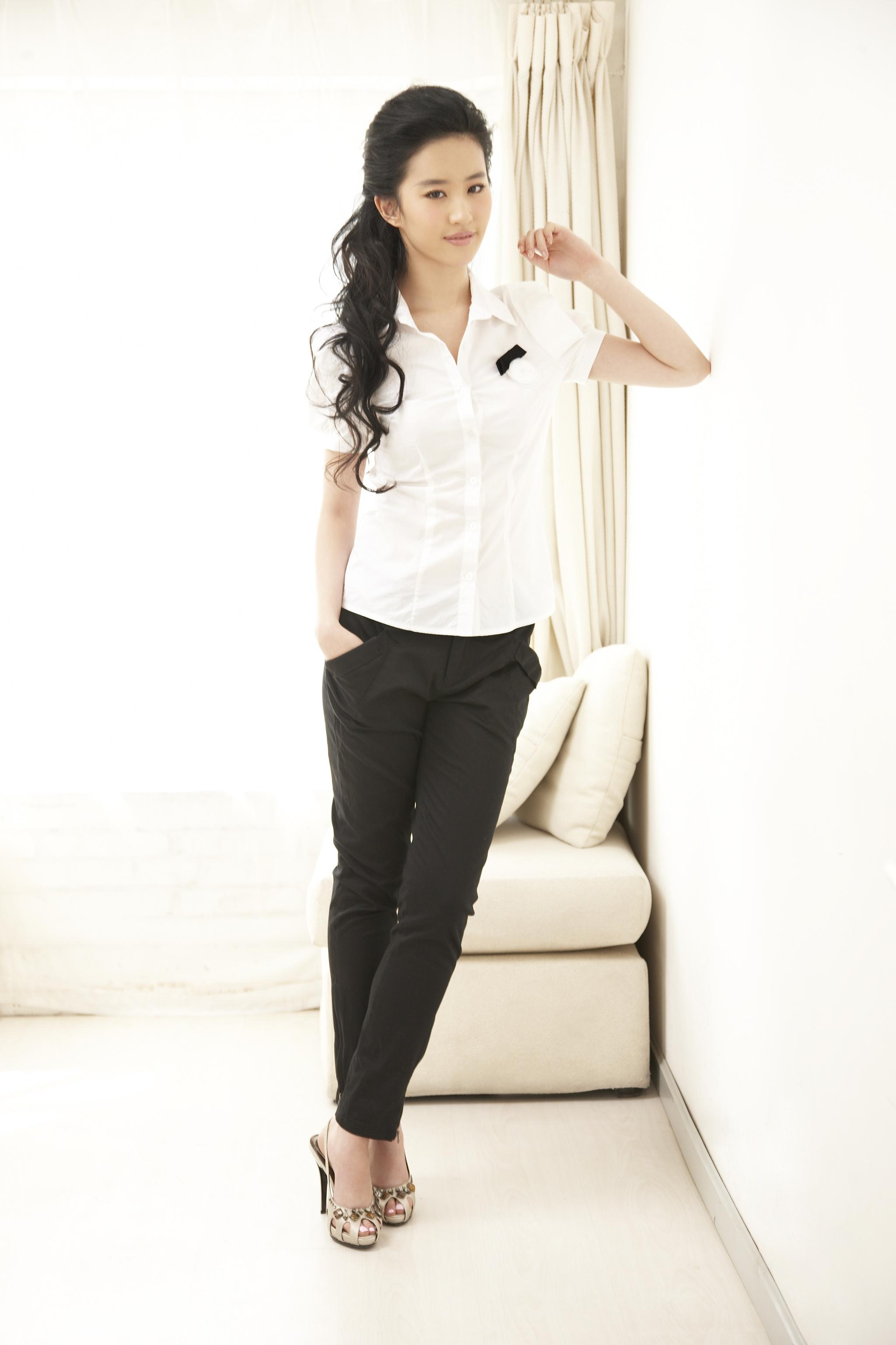 Yifei Liu: Yifei Liu's Feet